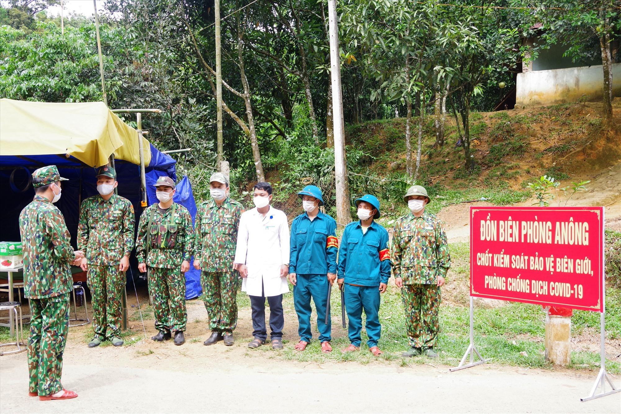 Bộ Chỉ huy BĐBP tỉnh kiểm tra công tác phòng chống dịch Covid -19 tại điểm chốt Đồn Biên phòng A Nông (H.Tây Giang). Ảnh: VĂN VINH