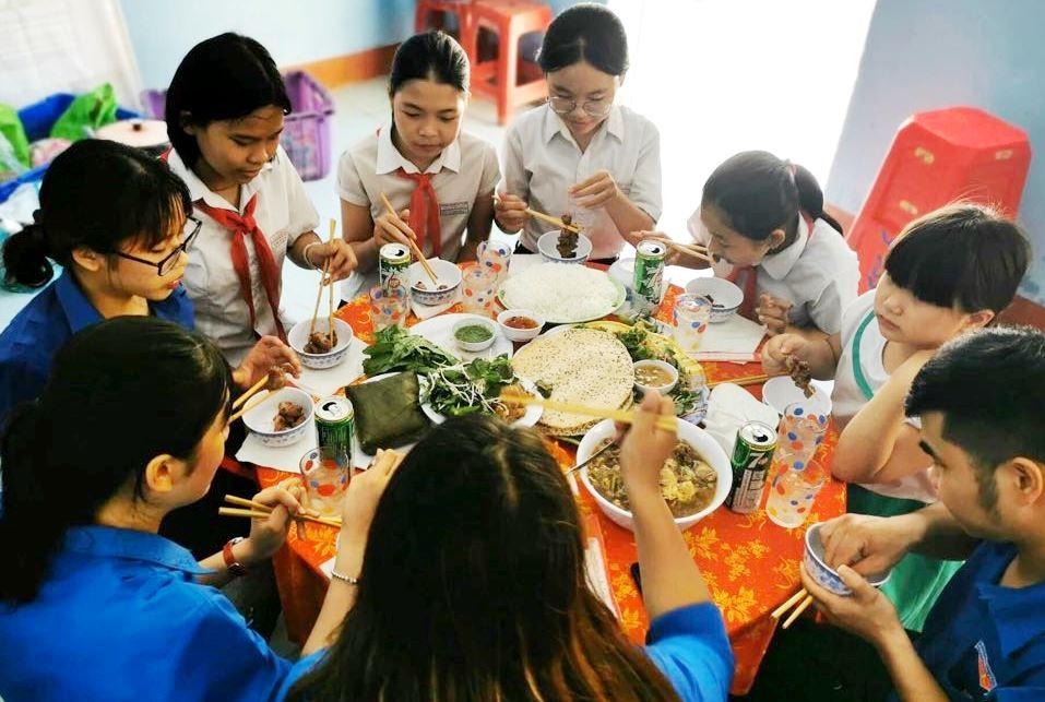 Bữa cơm gia đình được tổ chức cho các em học sinh mồ côi có hoàn cảnh đặc biệt khó khăn, nhân Tháng hành động vì trẻ em năm 2020. Ảnh: Đ.N