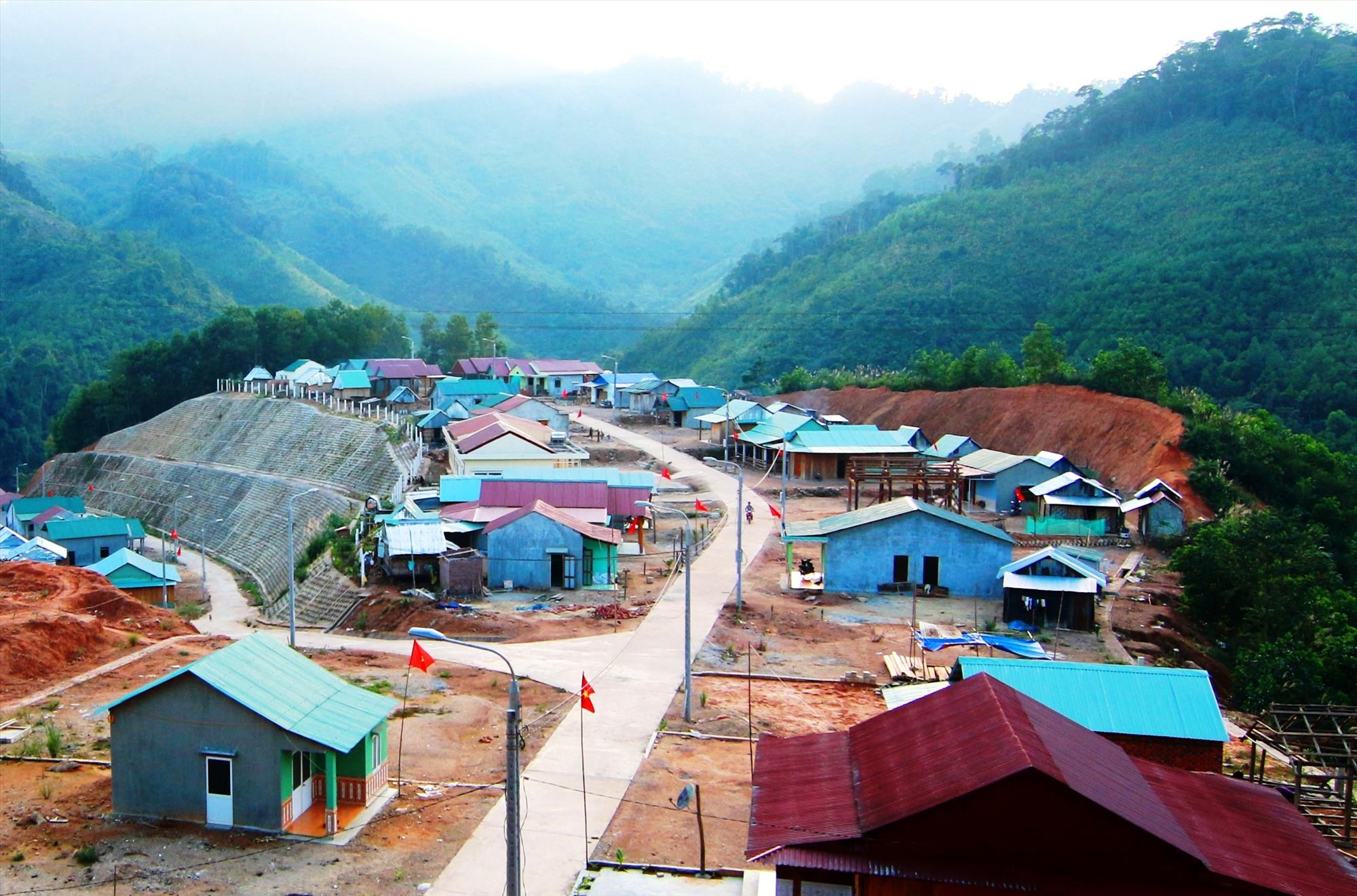 Dấu ấn tái định cư làm thay đổi bộ mặt nông thôn miền núi Đông Giang. Ảnh: ALĂNG NGƯỚC