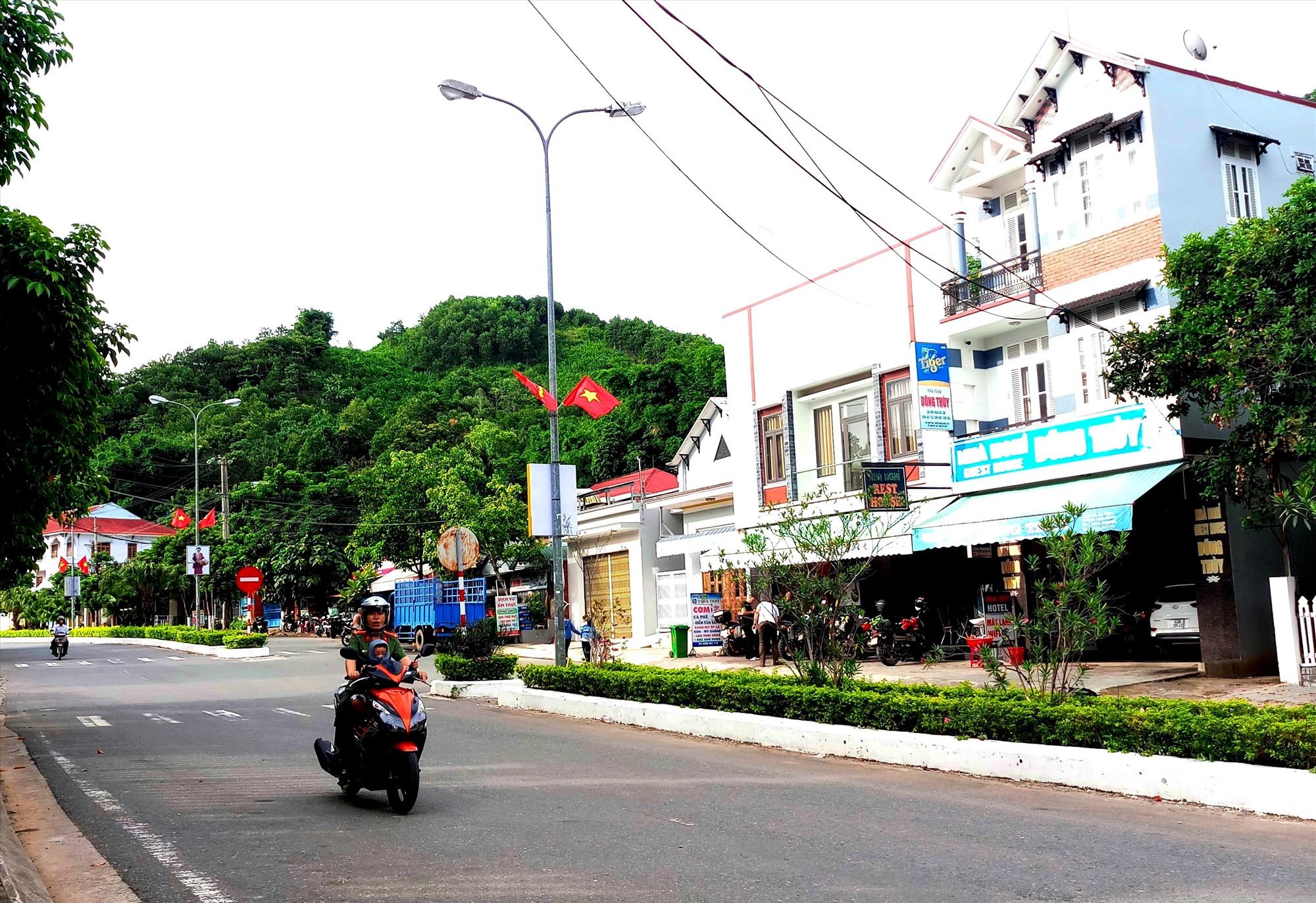 Diện mạo thị trấn P'rao - trung tâm huyện lỵ Đông Giang khang trang hơn. Ảnh: ALĂNG NGƯỚC