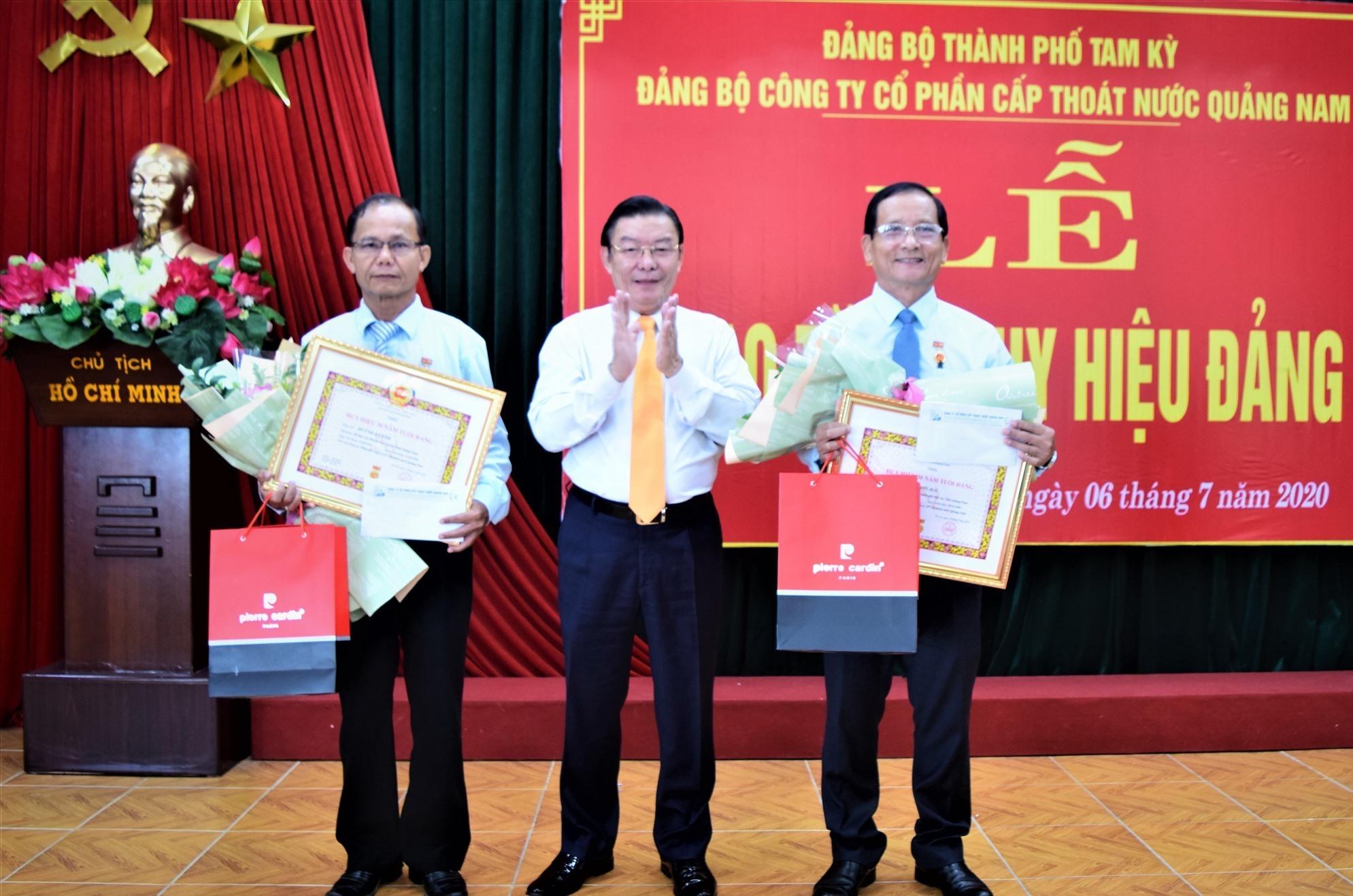 Trao huy hiệu 30 năm tuổi Đảng cho 2 đảng viên. Ảnh: M.D