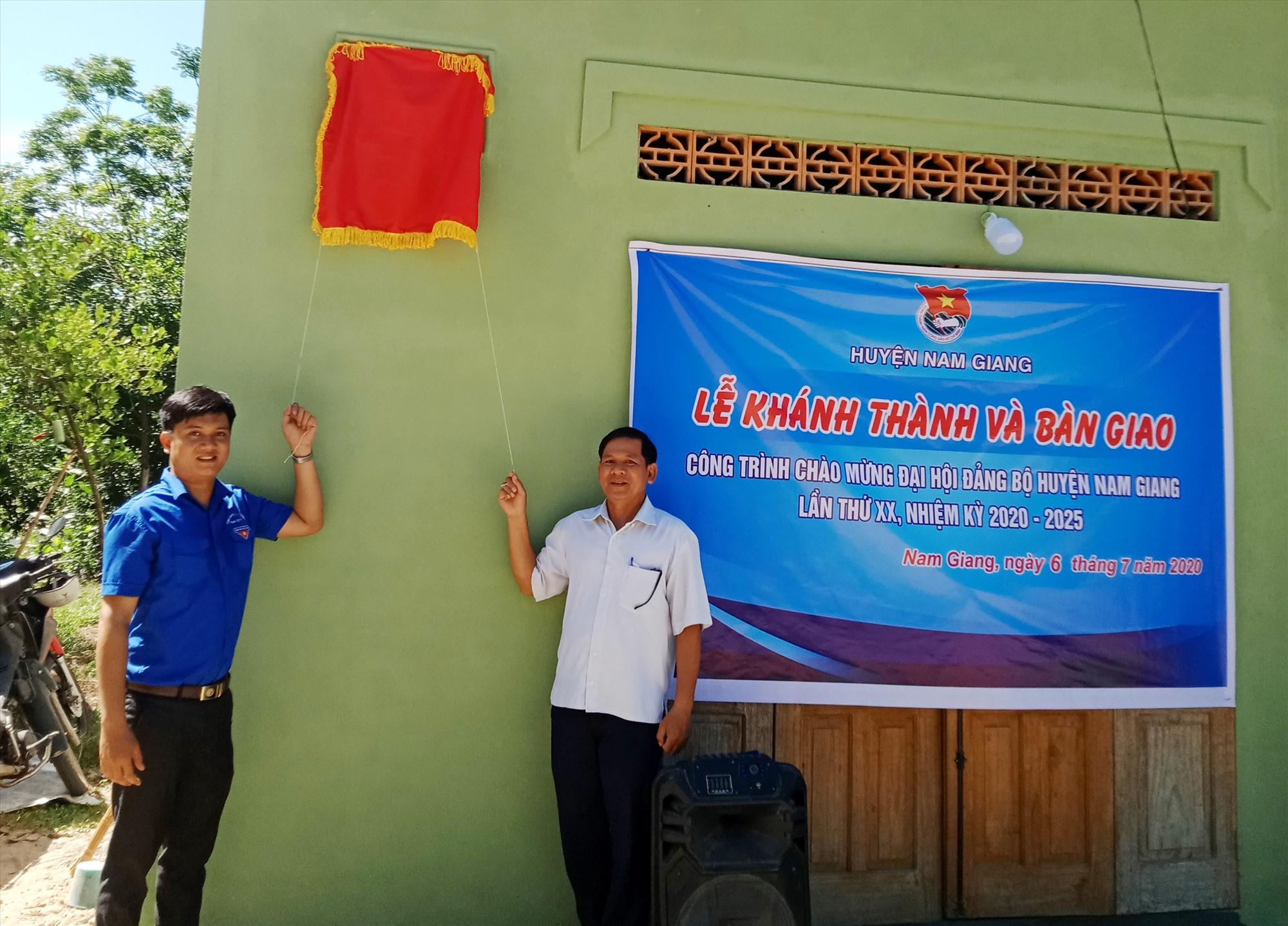 Đại diện lãnh đạo chính quyền và Huyện đoàn Nam Giang tháo băng khánh thành công trình nhà ở. Ảnh: Đ.N