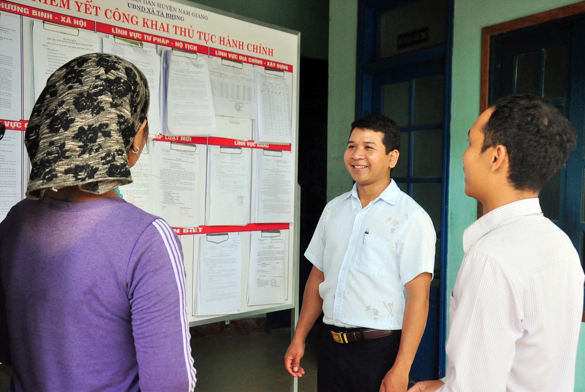 Tăng cường đội ngũ cán bộ trẻ cho cơ sở đã giúp nhiều địa phương ở Nam Giang thực hiện tốt các nhiệm vụ chính trị. TRONG ẢNH: Anh Bhơ Nướch Tí, cán bộ Văn phòng - Thống kê xã Tà Bhing (giữa) hướng dẫn người dân về thủ tục hành chính. Ảnh: VINH ANH