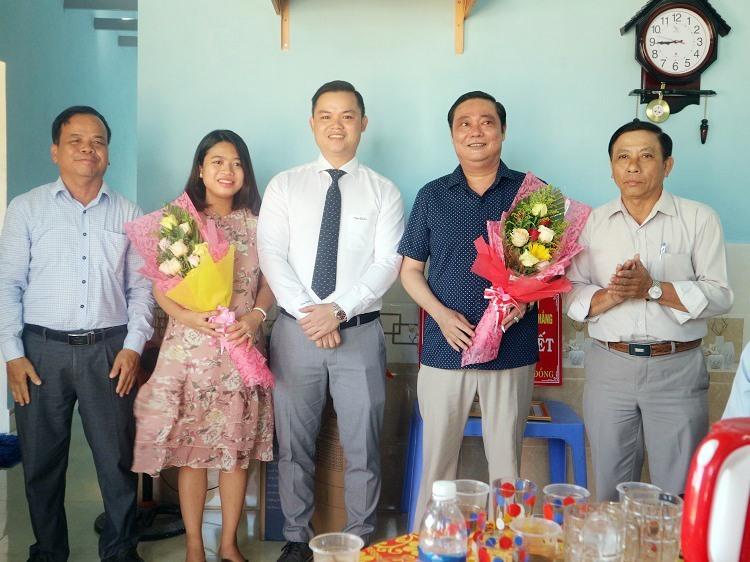 Lãnh đạo địa phương thị trấn Nam Phước tặng hoa tri ân Hội đồng hương Quảng Nam và Công ty CP Địa ốc Đại Thắng.