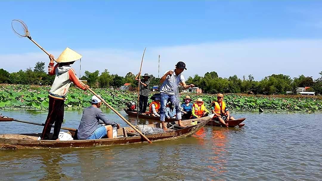 Khách du lịch bãi Sậy sông Đầm trải nghiệm cuộc sống ngư dân địa phương. Ảnh: H.BIN