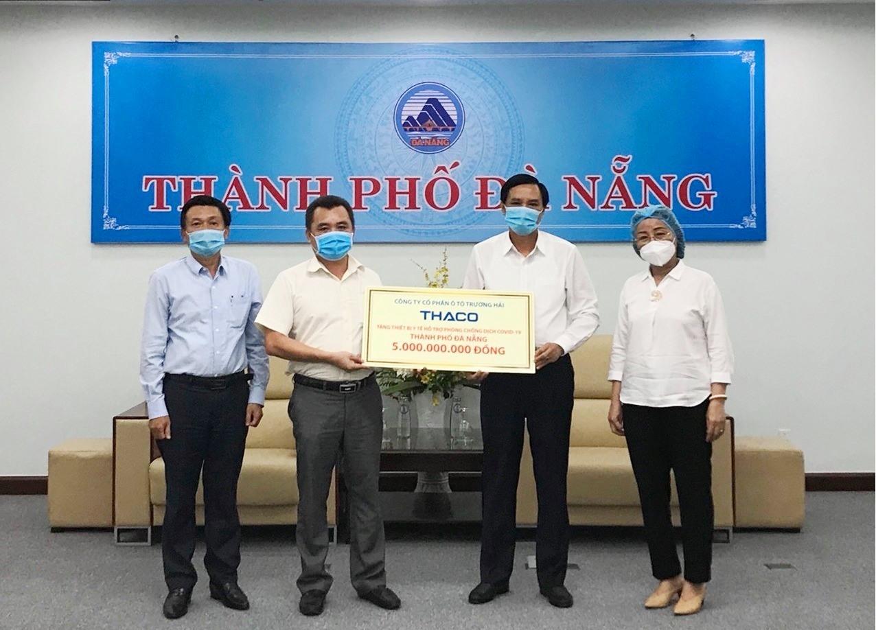 Đại diện Thaco trao tặng thiết bị y tế hỗ trợ phòng chống dịch cho ông Trần Văn Miên - Phó Chủ tịch UBND TP.Đà Nẵng. Ảnh: T.L