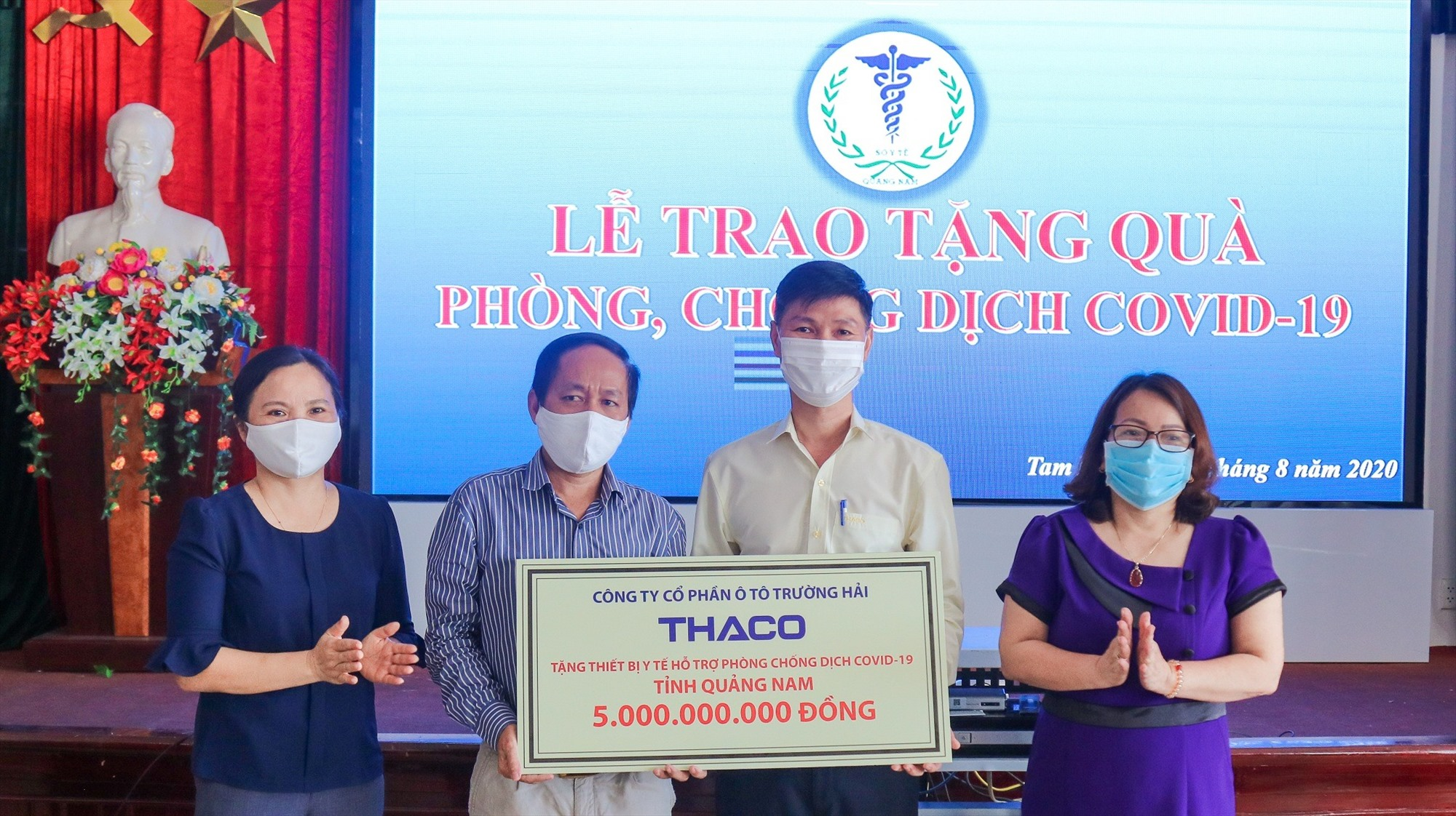 Ông Nguyễn Quang Bảo - Phó TGĐ phụ trách Sản xuất trao tặng thiết bị y tế hỗ trợ phòng chống dịch cho Tiến sĩ, bác sĩ Nguyễn Văn Văn - PGĐ Sở Y tế tỉnh Quảng Nam.