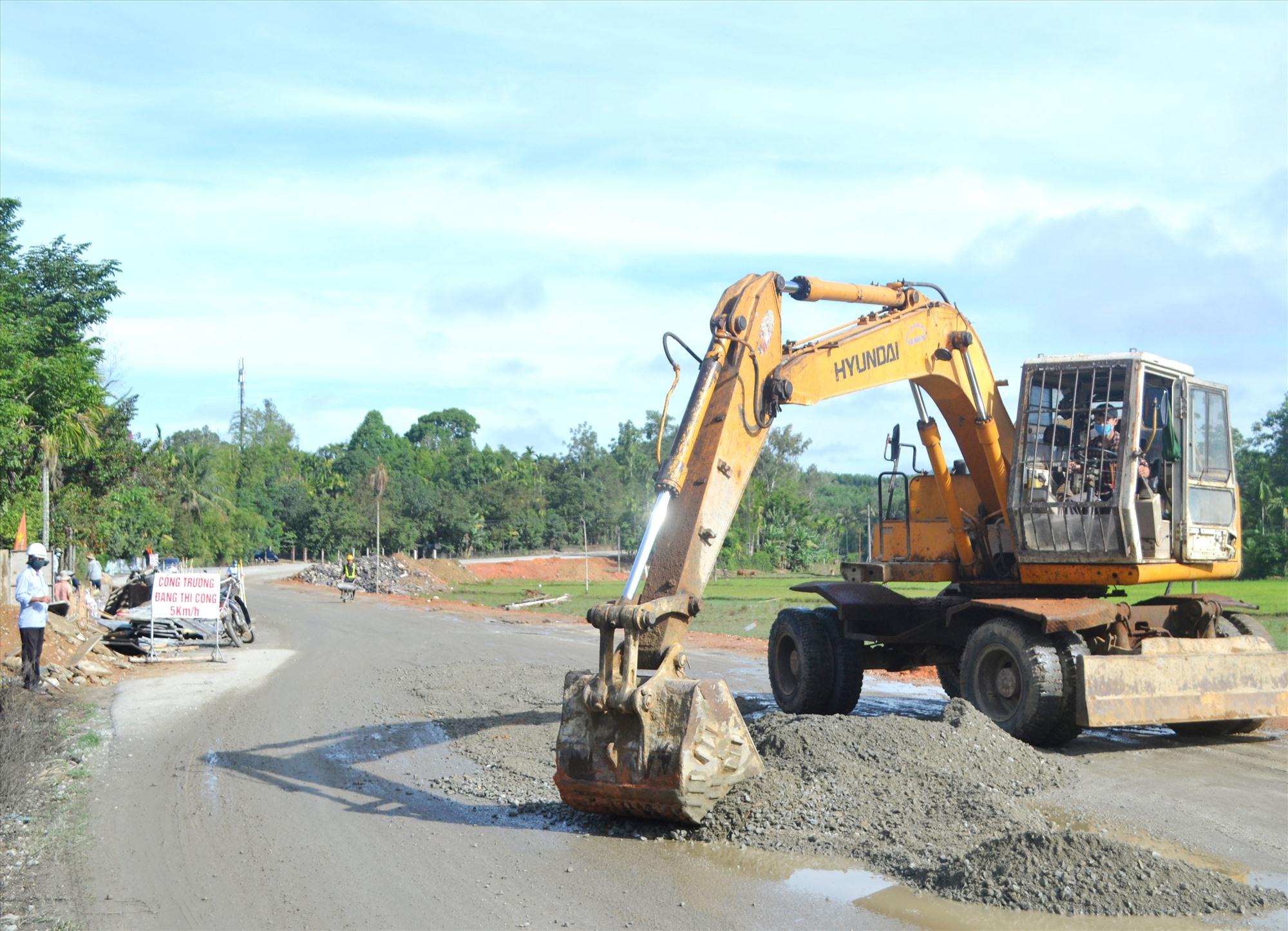 Nhà thầu triển khai thi công chủ yếu đoạn qua địa phận huyện Tiên Phước. Ảnh: C.T