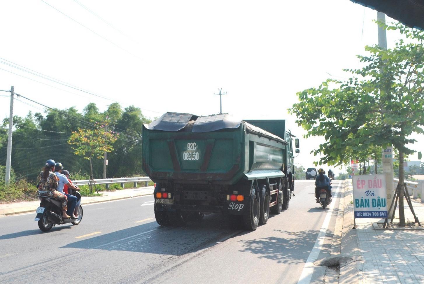 Tạm thời dừng lưu thông xe chở cát từ Đại Lộc xuống Điện Bàn. Ảnh: CT