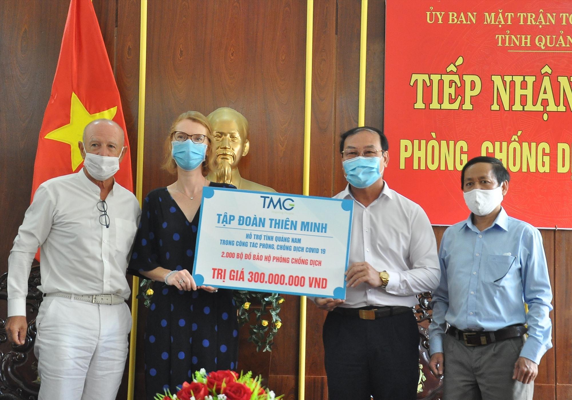 Đơn vị trực thuộc Tập đoàn Thiên Minh ủng hộ 2.000 bộ đồ bảo hộ chống dịch. Ảnh: VINH ANH