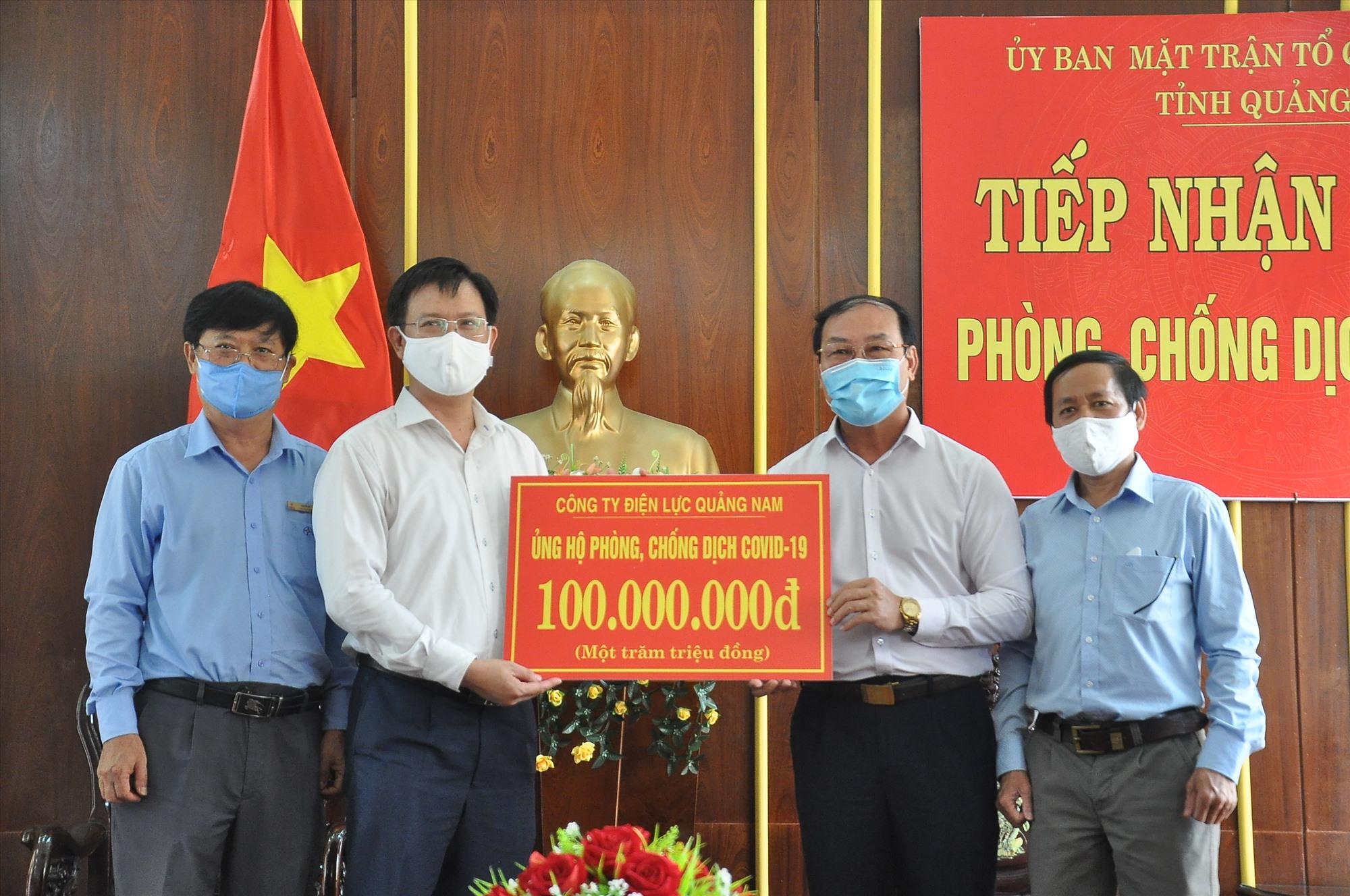 Công ty Điện lực Quảng Nam ủng hộ 100 triệu đồng. Ảnh: VINH ANH