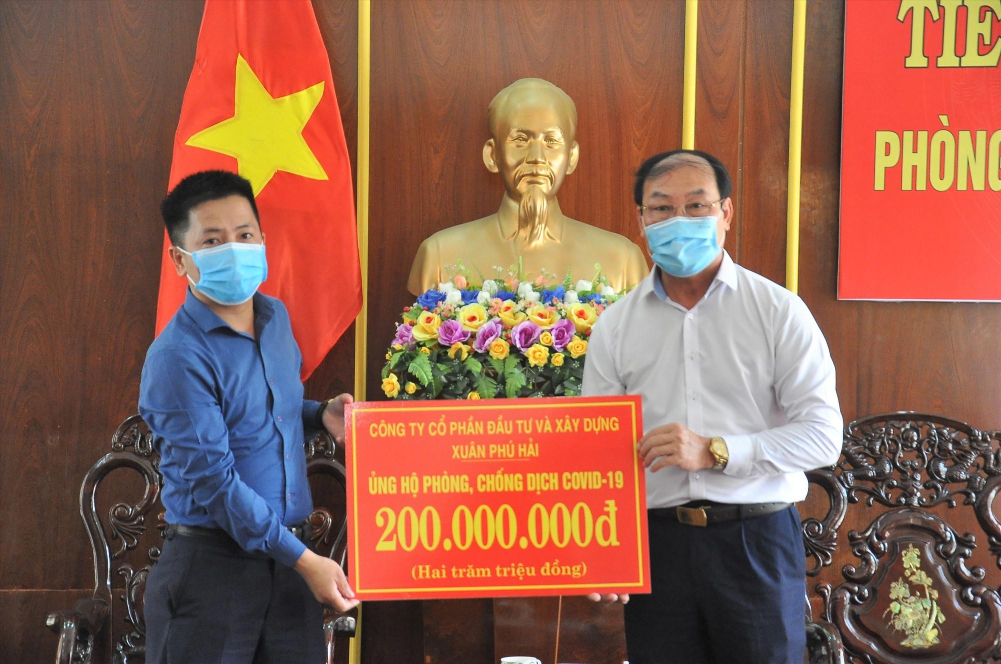 Xuân Phú Hải ủng hộ 100 triệu đồng. Ảnh: VINH ANH