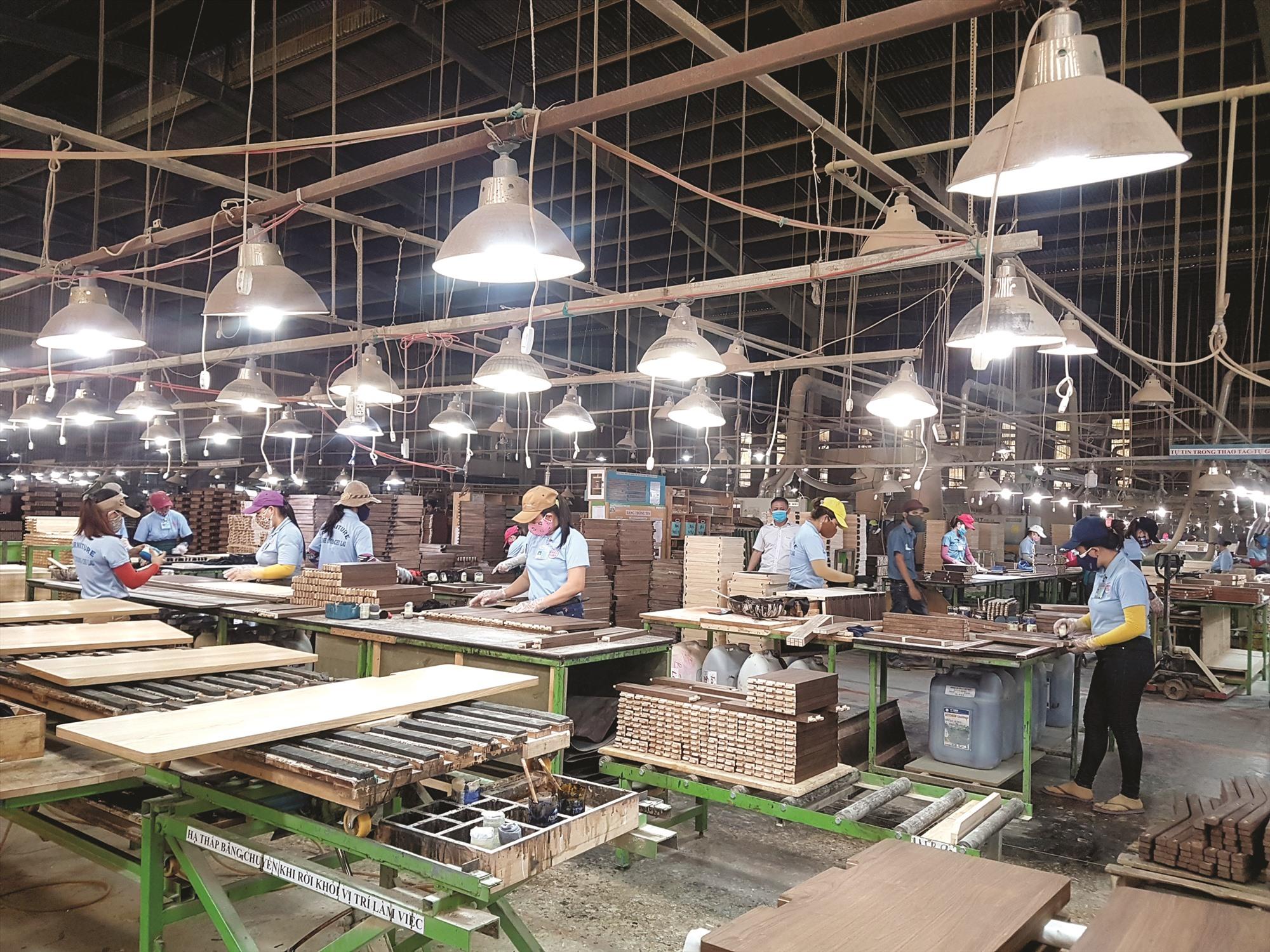 Nhiều lao động làm việc trong doanh nghiệp phải tạm hoãn thực hiện hợp đồng lao động do dịch bệnh đợt 1 trông chờ được nhận hỗ trợ. Ảnh: D.L