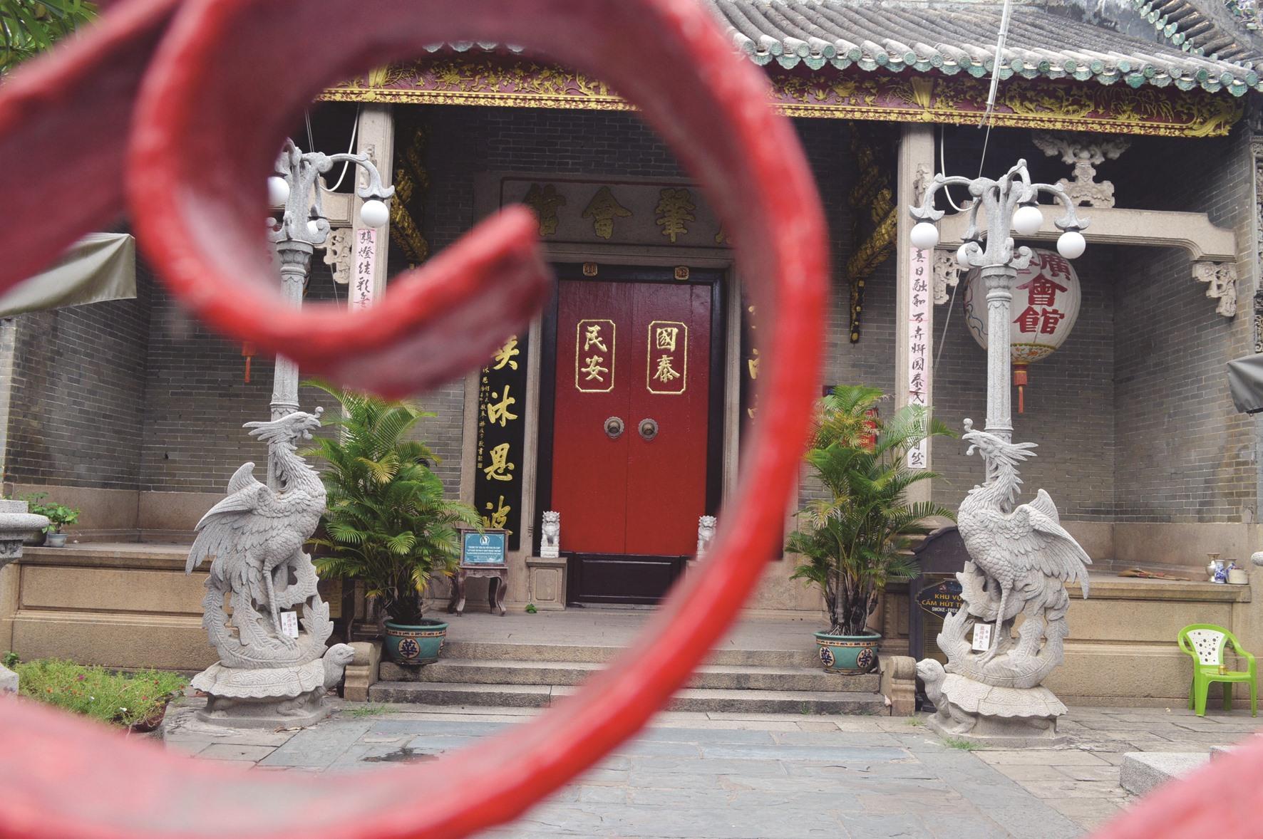Hội quán Quảng Đông cửa đóng then cài.