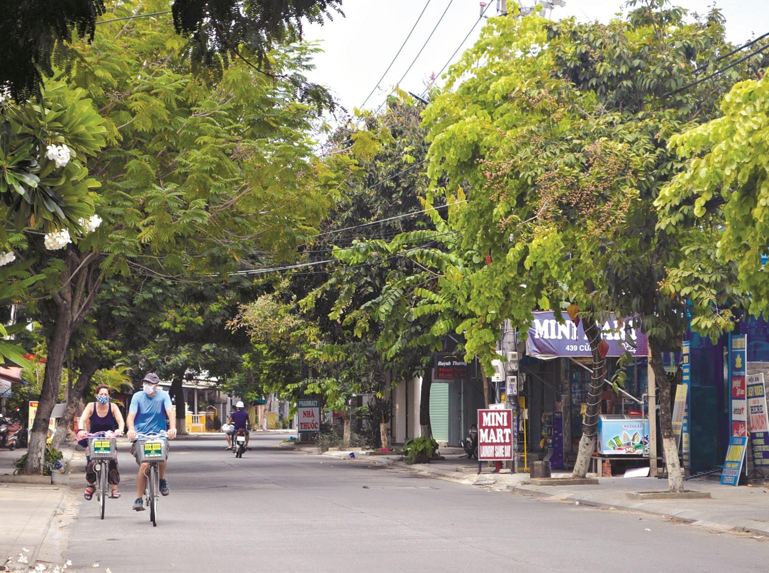 Vợ chồng khách nước ngoài mắc lại với phố trong những ngày giãn cách xã hội.