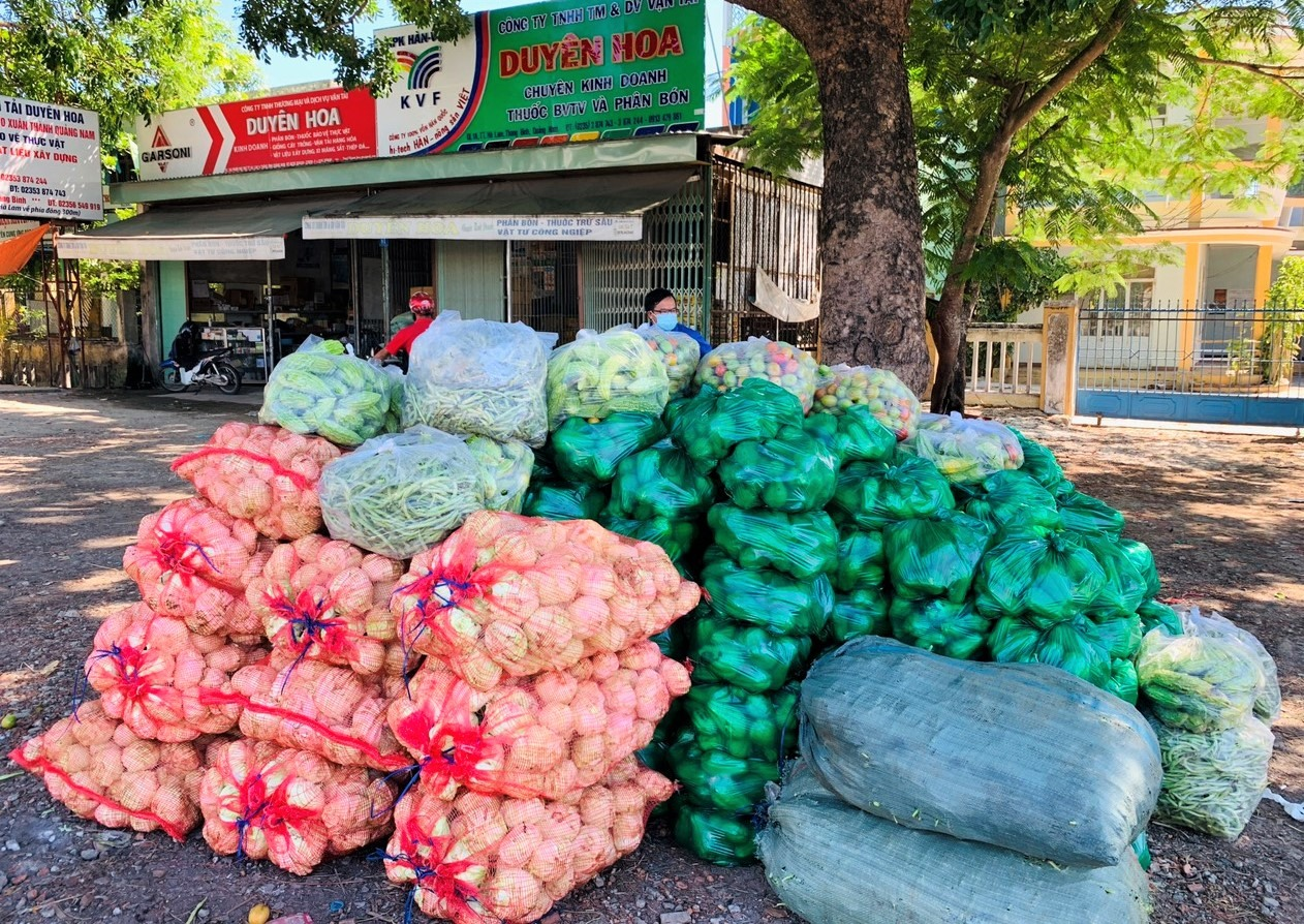 Thực phẩm từ Đà Lạt (Lâm Đồng) chuyển về Thăng Bình. Ảnh: H.A