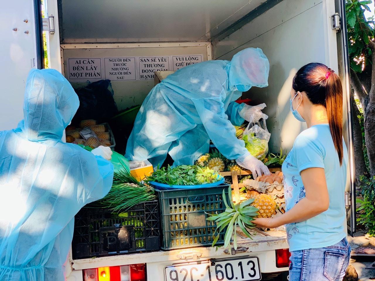Chuyến xe chở thực phẩm tặng cho người dân. Ảnh: H.A