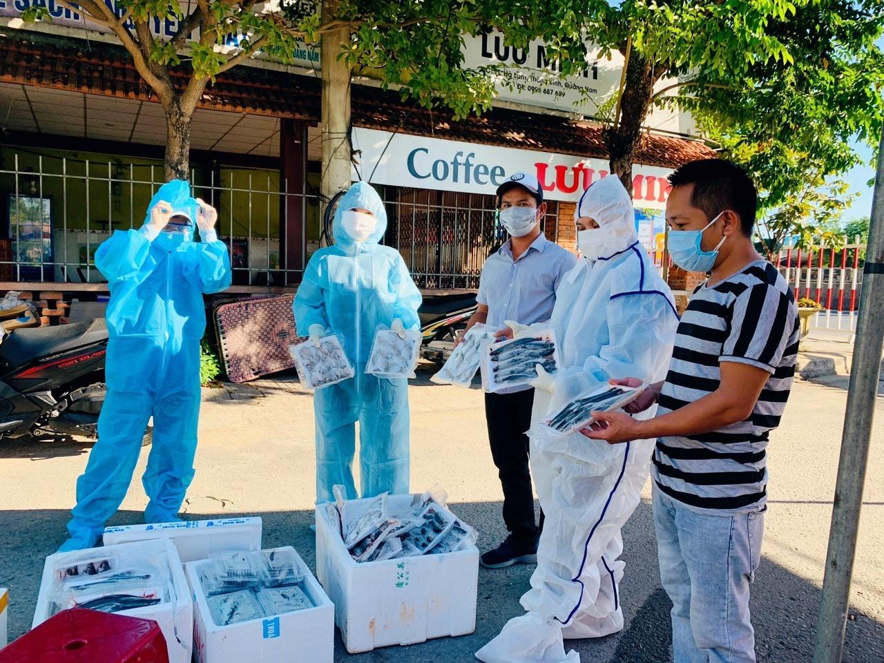 Thời gian qua anh Phan Văn Đức và nhóm tình nguyện cũng thường xuyên hỗ trợ thực phẩm cho người dân khu dân cư Lưu Minh (thị trấn Hà Lam) đang bị phong tỏa. Ảnh: H.A