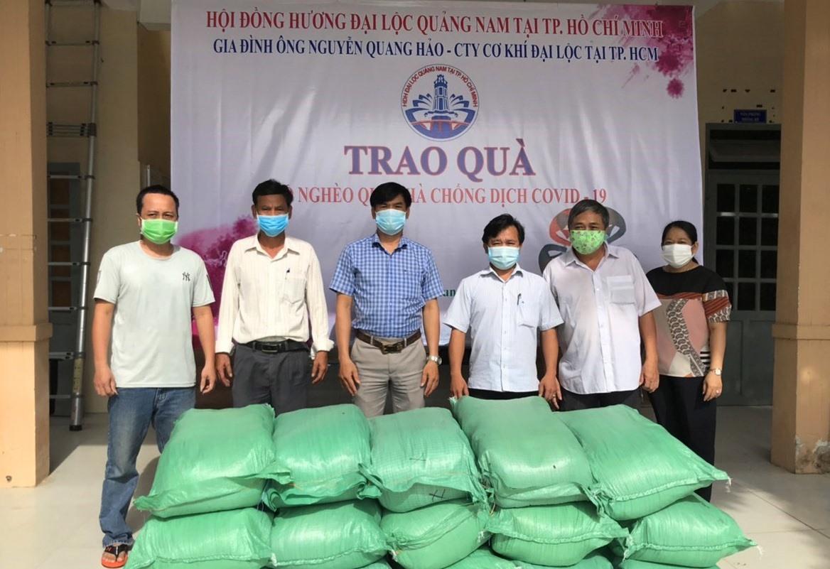 Gia đình ông Nguyễn Quang Hảo (Công ty Cơ khí Đại Lộc tại TP.Hồ Chí Minh) hỗ trợ 6 tấn gạo cho người dân 2 xã Đại An, Đại Hiệp (Đại Lộc). Ảnh: HĐH cung cấp.