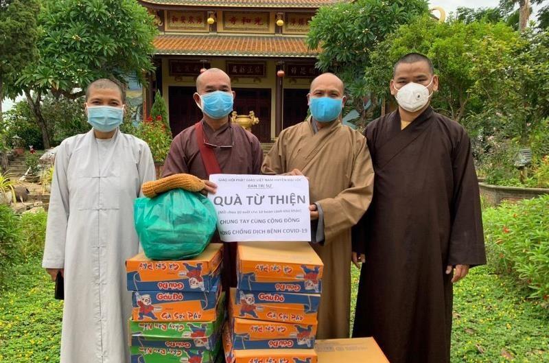 Ban Trị sự giáo Giáo hội Phật giáo Việt Nam huyện Đại Lộc trao quà hỗ trợ người dân địa phương bị ảnh hưởng bởi dịch Covid-19. Ảnh Phật giáo Quảng Nam.