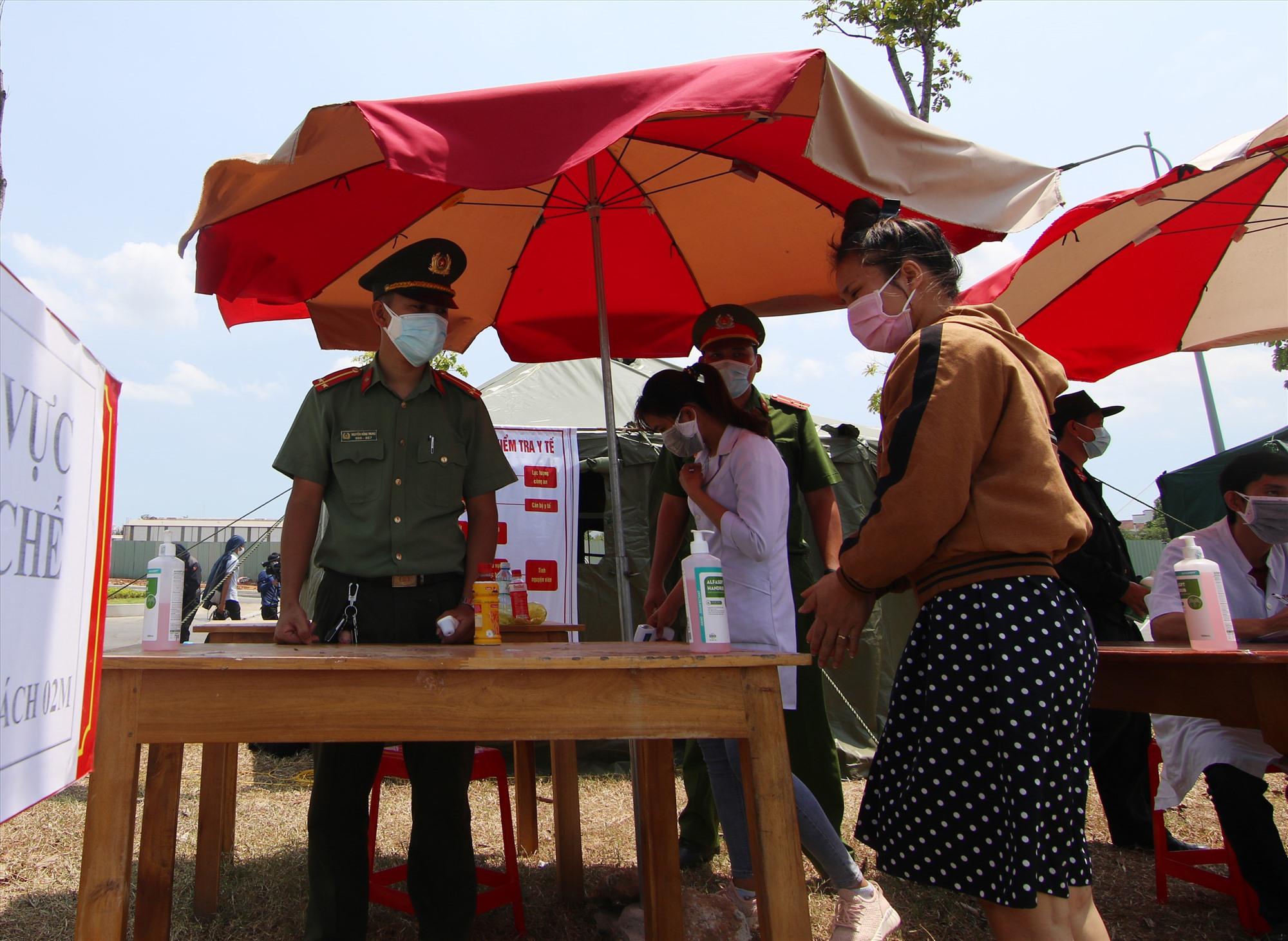 Lực lượng Công an Quảng Nam xông pha trên tuyến đầu phòng chống dịch Covid-19. Ảnh: THÀNH CÔNG