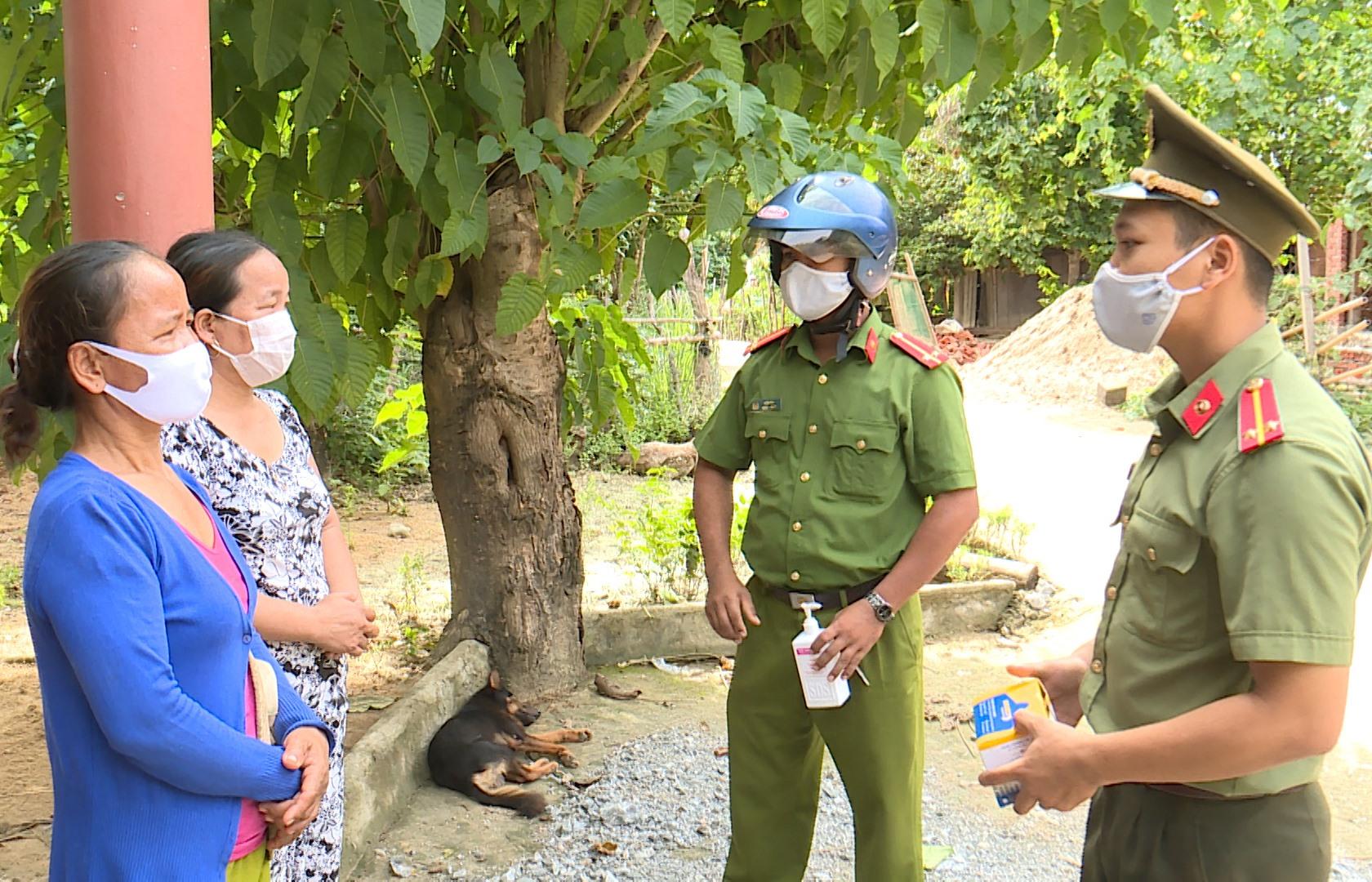 Công an huyện Nam Giang tuyên truyền phòng chống dịch bệnh Covid-19. Ảnh: T.SỸ
