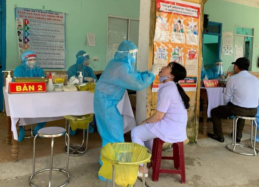 Ngành y tế lấy mẫu xét nghiệm người dân Phước Sơn. Ảnh: Đ.N