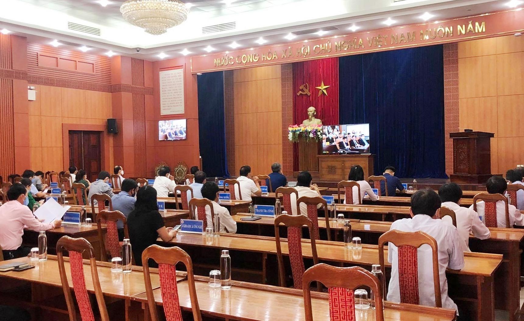 Các đại biểu tại điểm cầu Quảng Nam theo dõi lễ khai trương trực tuyến. Ảnh: V.A