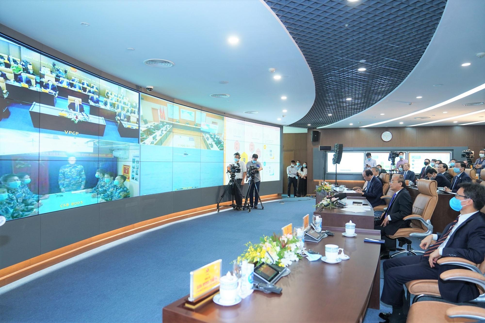 Từ Trung tâm Thông tin, chỉ đạo điều hành của Chính phủ, Thủ tướng Nguyễn Xuân Phúc làm việc và chỉ đạo trực tiếp với lãnh đạo một số địa phương, cơ quan tại các điểm cầu. Ảnh: VGP/QUANG HIẾU
