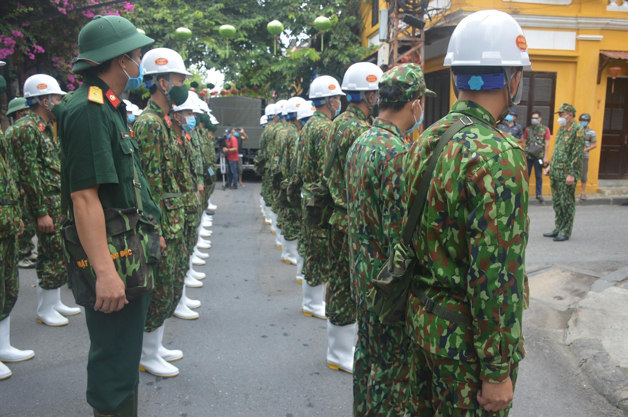 Lực lượng bộ đội hóa học tập kết ở khu vực phố cổ Hội An trước khi làm nhiệm vụ. Ảnh: Q.T