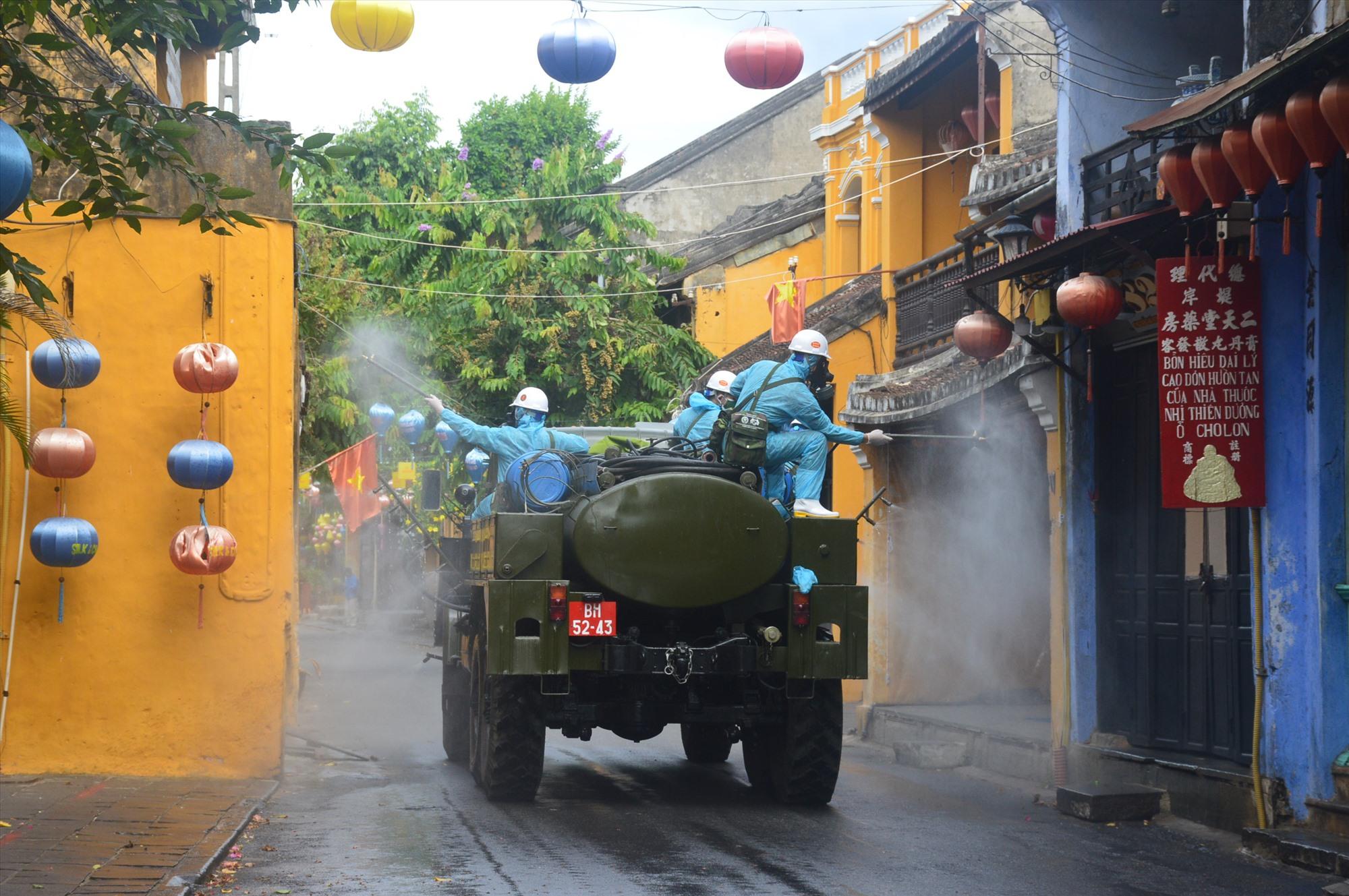 Phun khử trùng các tuyến đường trong khu vực phố cổ. Ảnh: Q.T