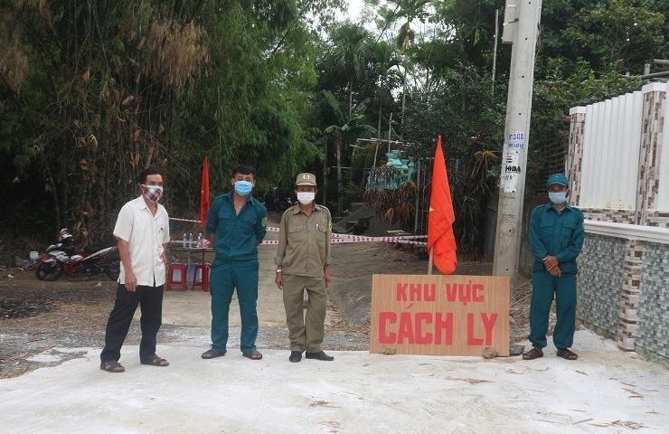 Thị trấn Nam Phước triển khai lực lượng trực phong tỏa tạm thời tổ 4 (khối phố Xuyên Đông). Ảnh: TUYẾN MAI