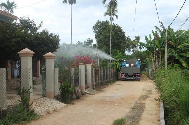 Tiểu đoàn hóa học 78 - Quân khu 5 phun tiêu độc khử trùng ở khu vực tổ 9 (khối phố Phước Mỹ, thị trấn Nam Phước). Ảnh: TUYẾT MAI