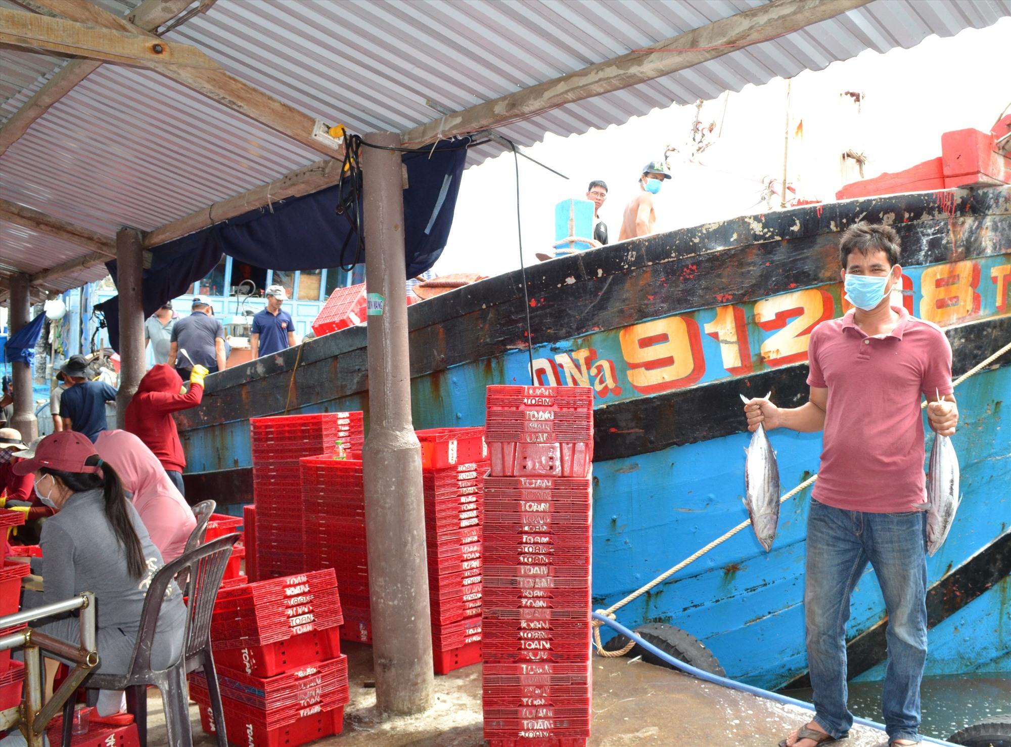Ngư dân Huỳnh Văn Song nói, tàu đã cập bờ thì dù giá cá thấp cũng đành phải bán. Ảnh: VIỆT NGUYỄN