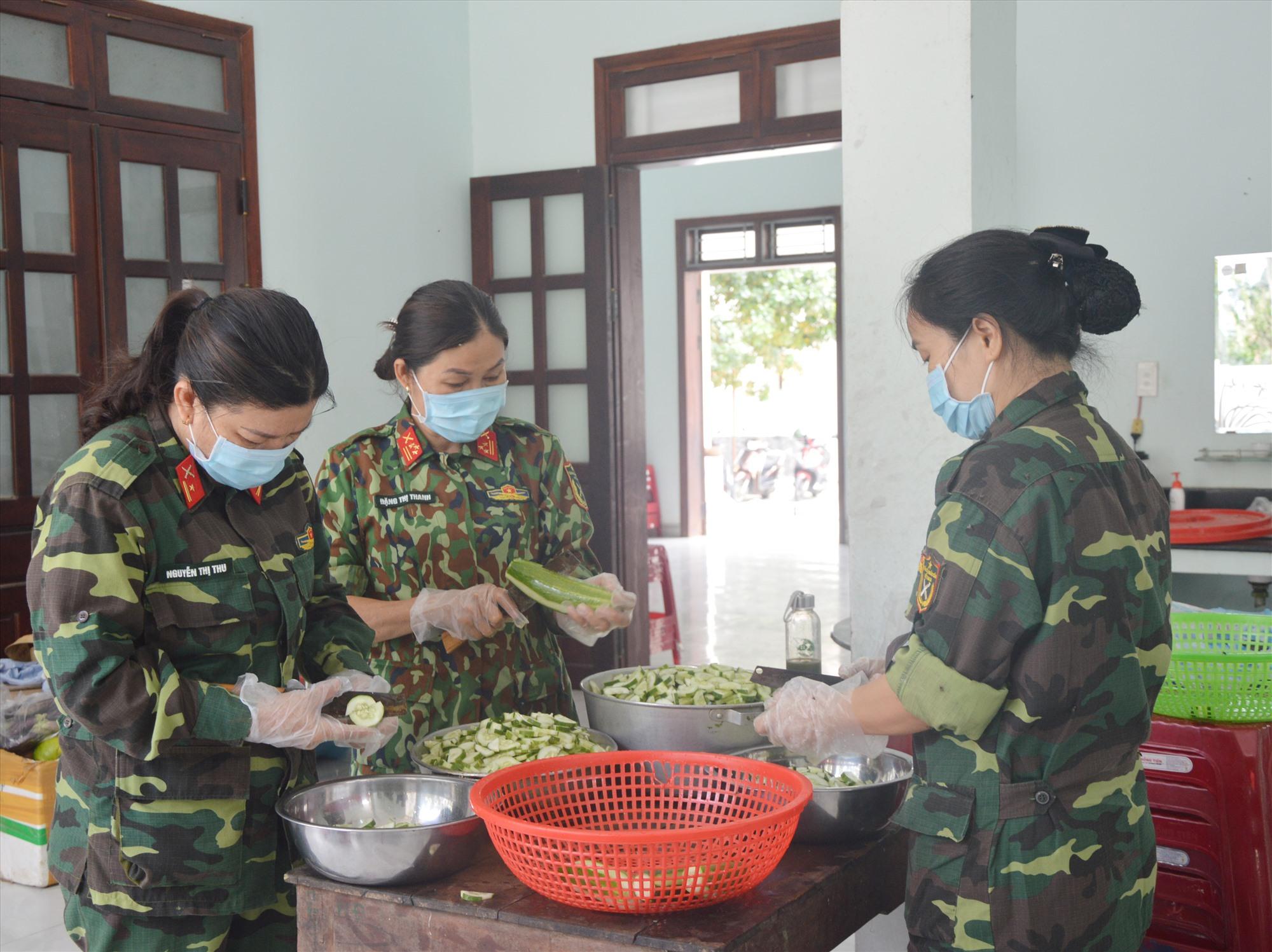 Chuẩn bị bữa ăn hàng ngày cho người dân tại khu cách ly tập trung. Ảnh: T.A