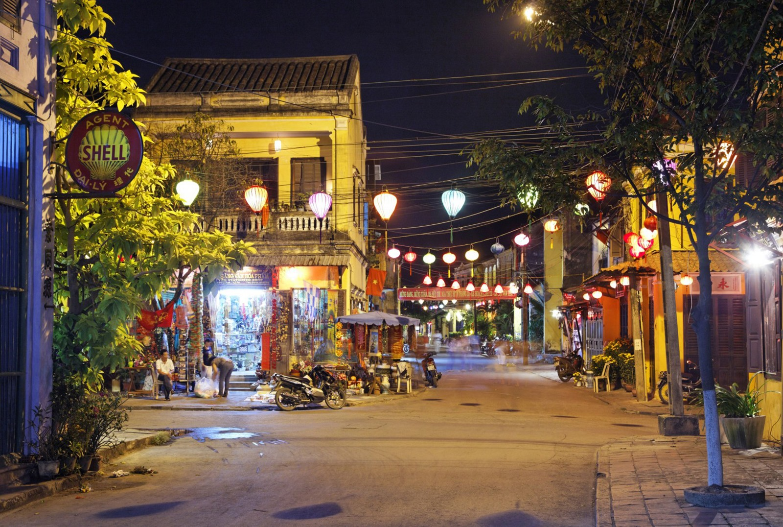 Hoi An is known as an ancient town of South Central coastal province Quang Nam. More and more visitors come to Hoi An to contemplate the charming beauty of anicent houses, temples and pagodas, and bridges. In the evening, coloured lanterns make the city sparkling, romantic and more attractive.