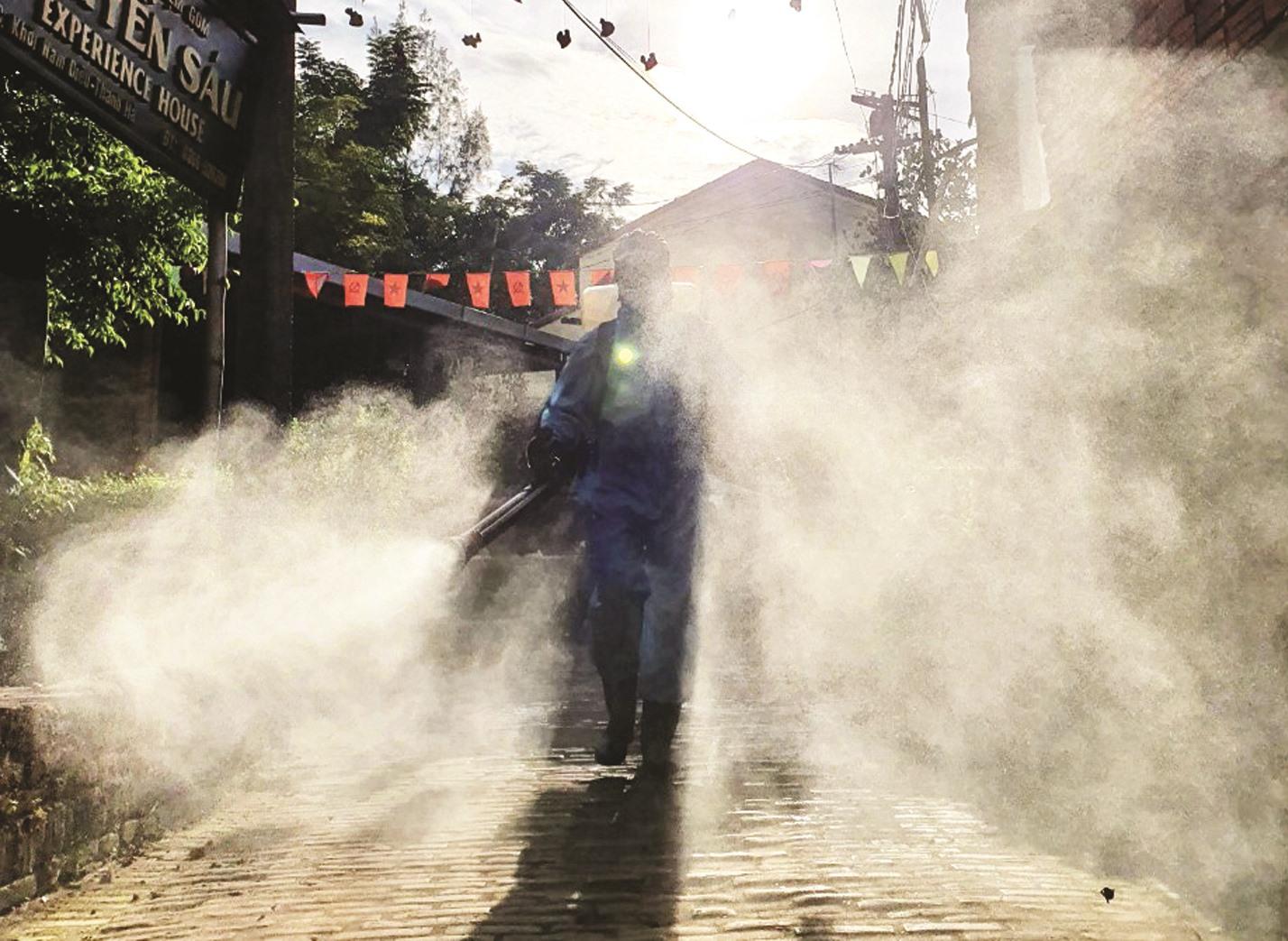 Nhóm của Định hỗ trợ phun khử khuẩn tại làng gốm Thanh Hà (TP.Hội An). Ảnh: Q.T