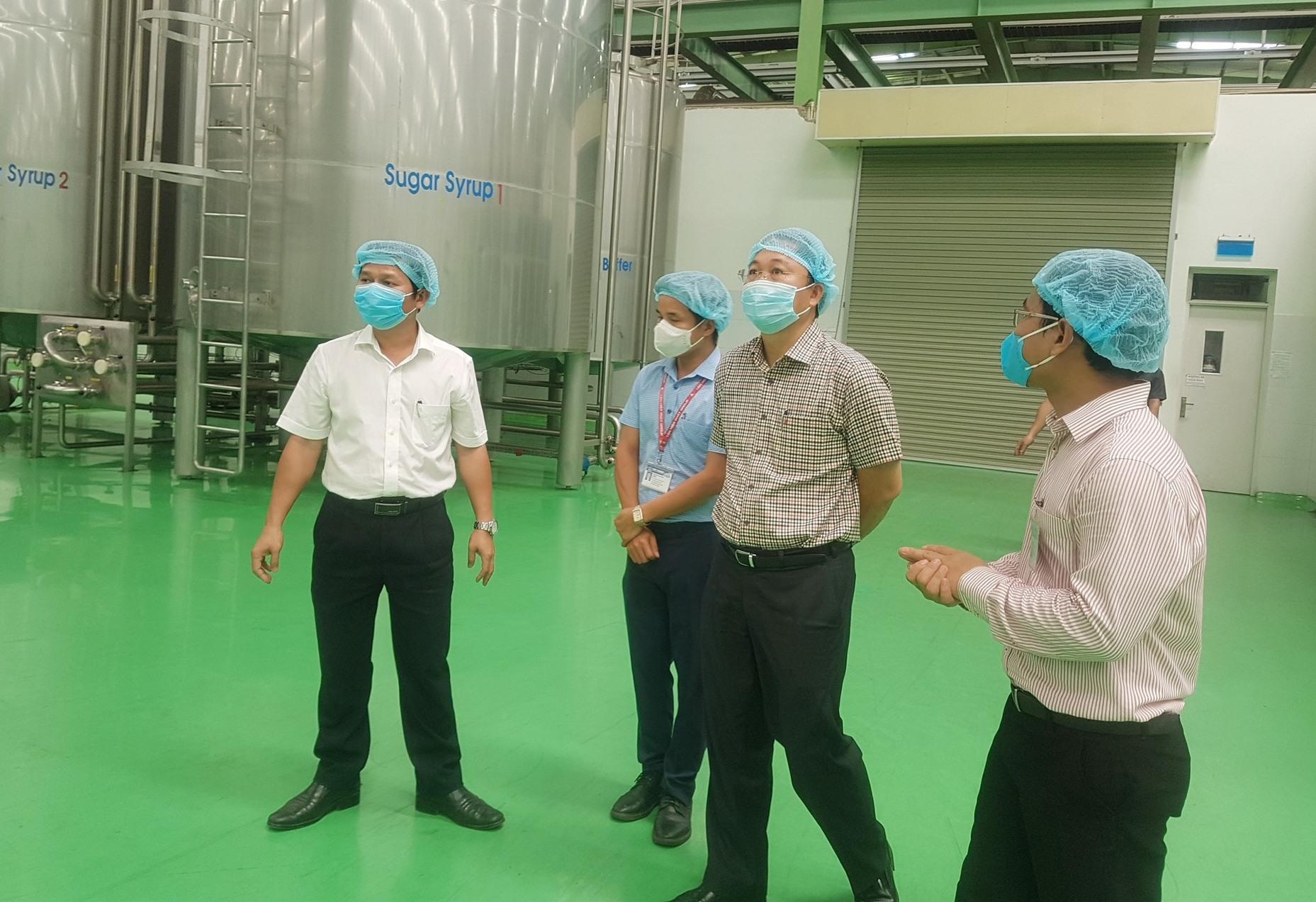 Chủ tich UBND tỉnh Lê Trí Thanh thăm một nhà máy. Ảnh: D.L