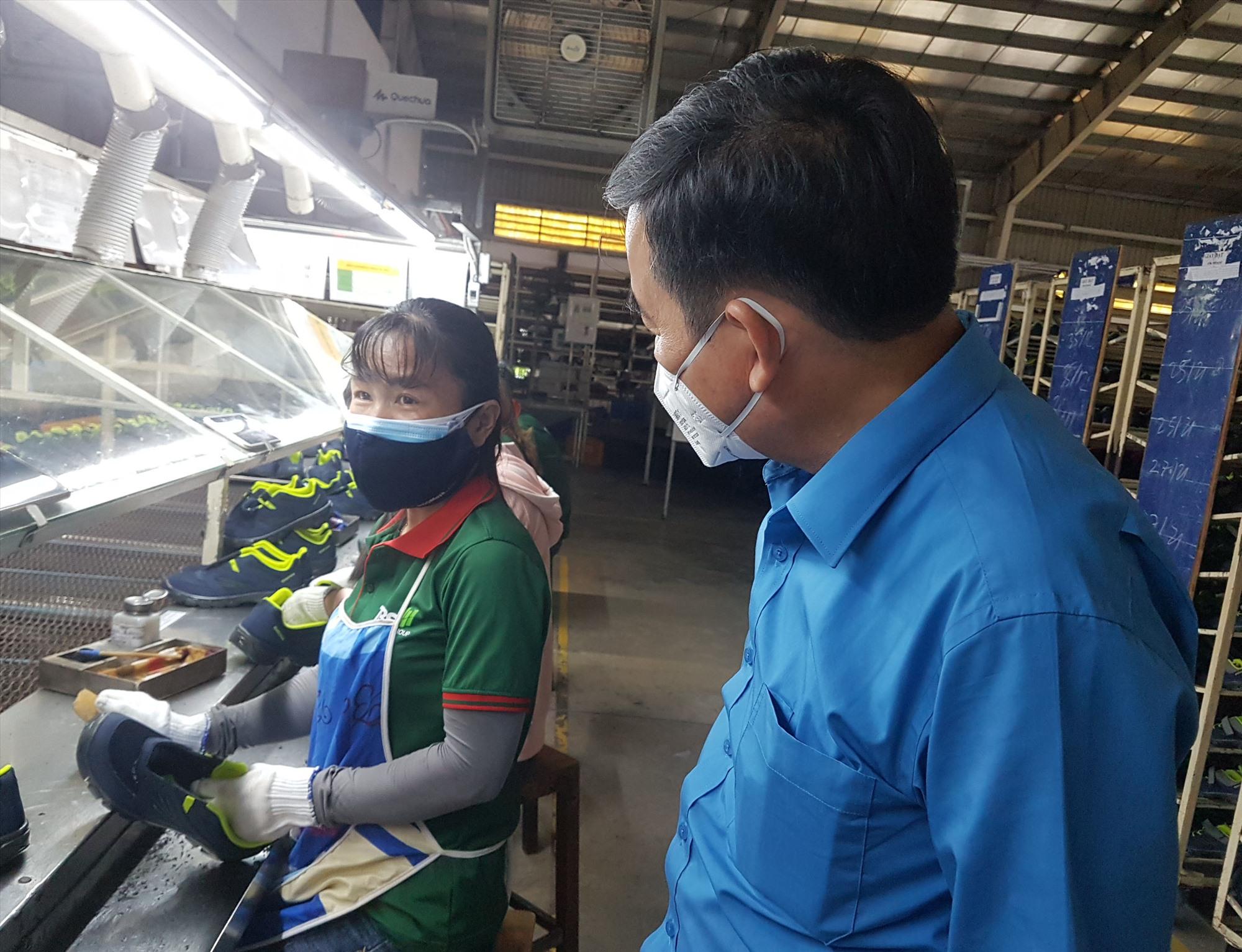 Chủ tịch Liên đoàn Lao động tỉnh Phan Xuân Quang thăm hỏi người lao động làm việc tại doanh nghiệp. Ảnh: D.L