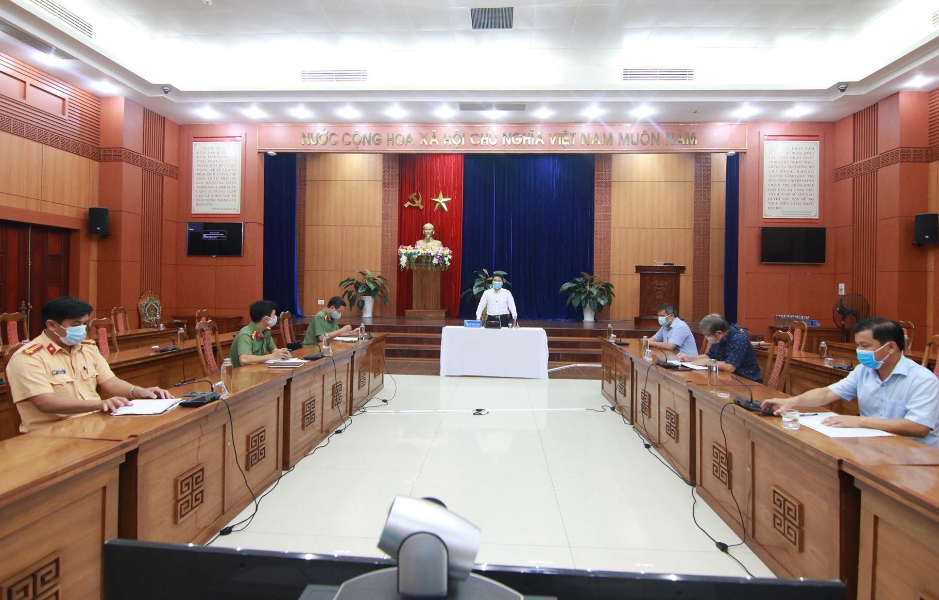 Phó Chủ tịch UBND tỉnh Trần Văn Tân yêu cầu tăng cường kiểm soát nghiêm ngặt đối với người về từ vùng dịch trong những ngày tới. Ảnh: T.C