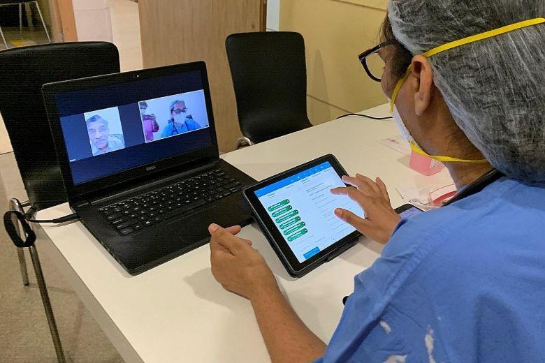 Một bác sĩ nói chuyện với một bệnh nhân qua cuộc gọi video, tại một bệnh viện ở Gurugram, Ấn Độ. Ảnh: Reuters