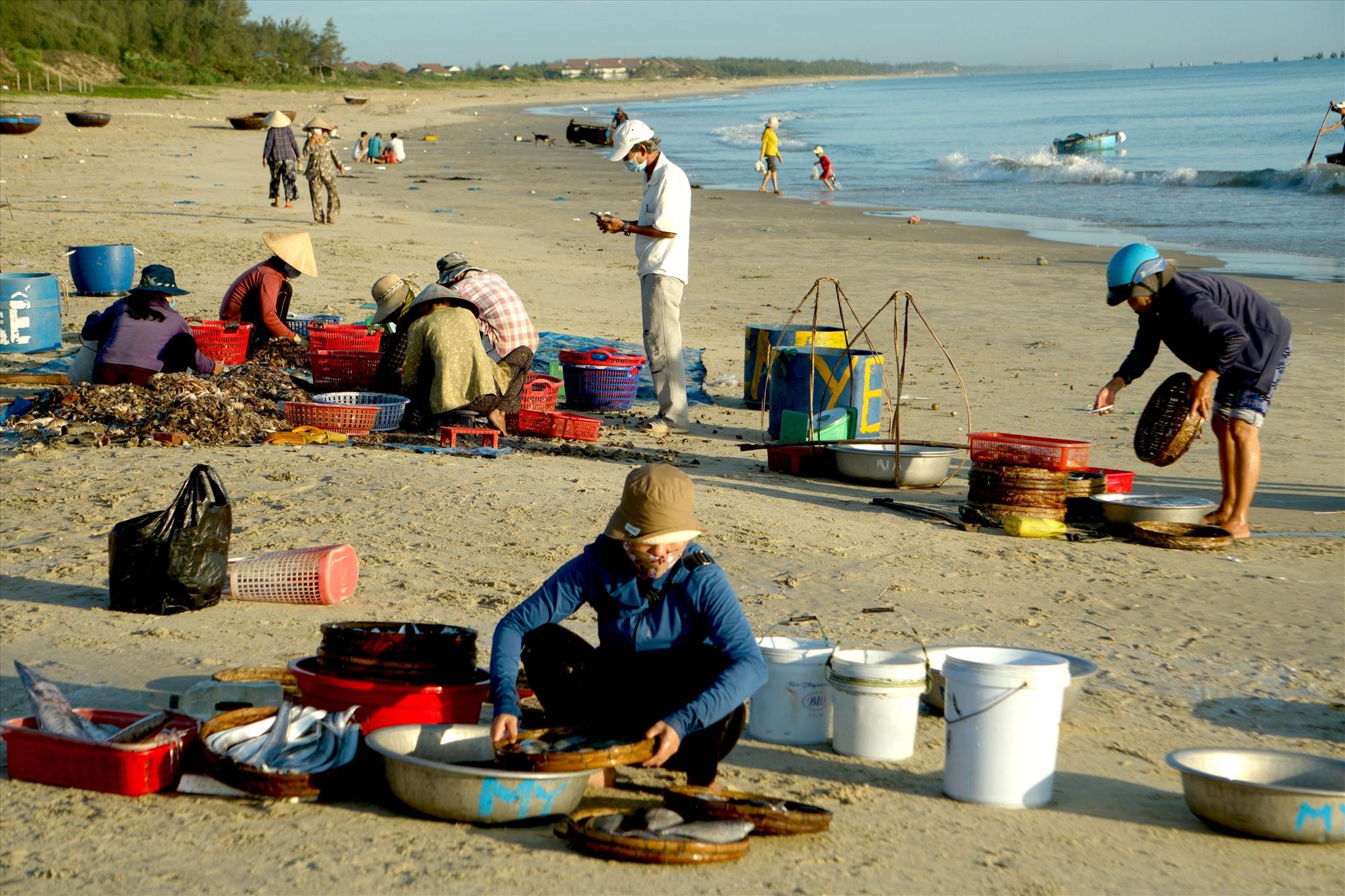 Tại chợ cá, các thương lái đều đeo khẩu trang để tự bảo vệ mình và mọi người . Ảnh: N.ĐIỆN NGỌC
