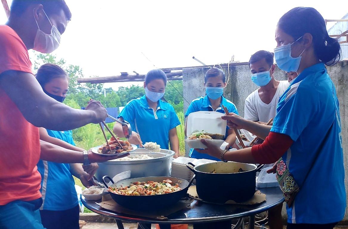 Các nhóm thiện nguyện ở Nam Giang chung sức hỗ trợ các suất ăn cho giáo viên và người dân tại khu cách ly tập trung. Ảnh: Đ.N