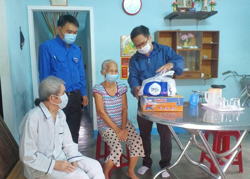 Những bữa cơm nhân ái được trao tận nhà giúp các cụ già.Ảnh: Q.Q