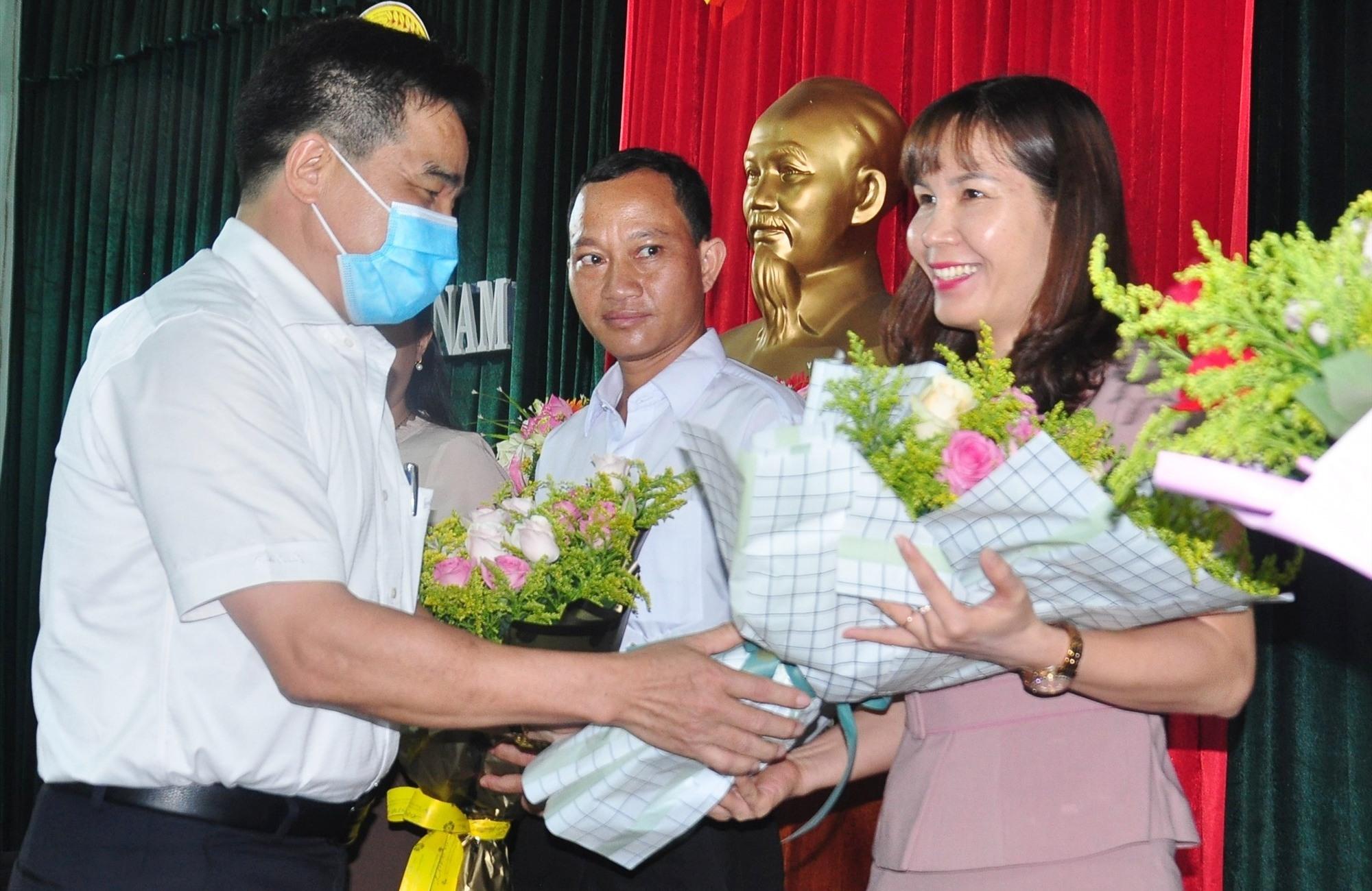 Phó Bí thư Thường trực Tỉnh ủy Lê Văn Dũng tặng hoa chúc mừng bà Lê Thị Minh Tâm, tân Chủ tịch Hội ND tỉnh. Ảnh: VINH ANH