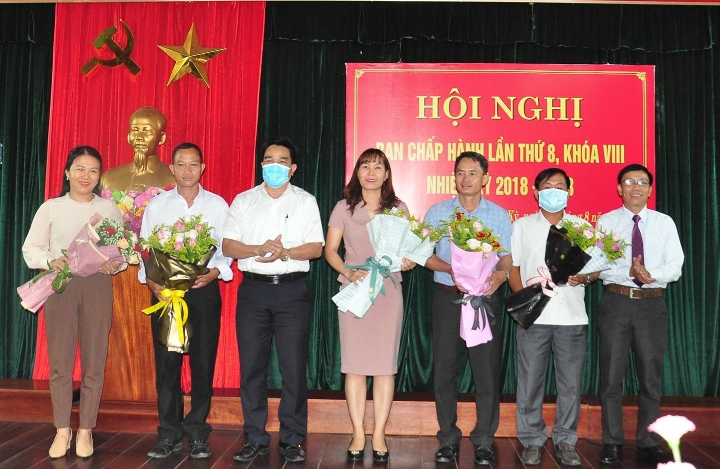5 đồng chí được hội nghị bầu bổ sung vào Ban Chấp hành Hội ND tỉnh khóa VIII. Ảnh: VINH ANH