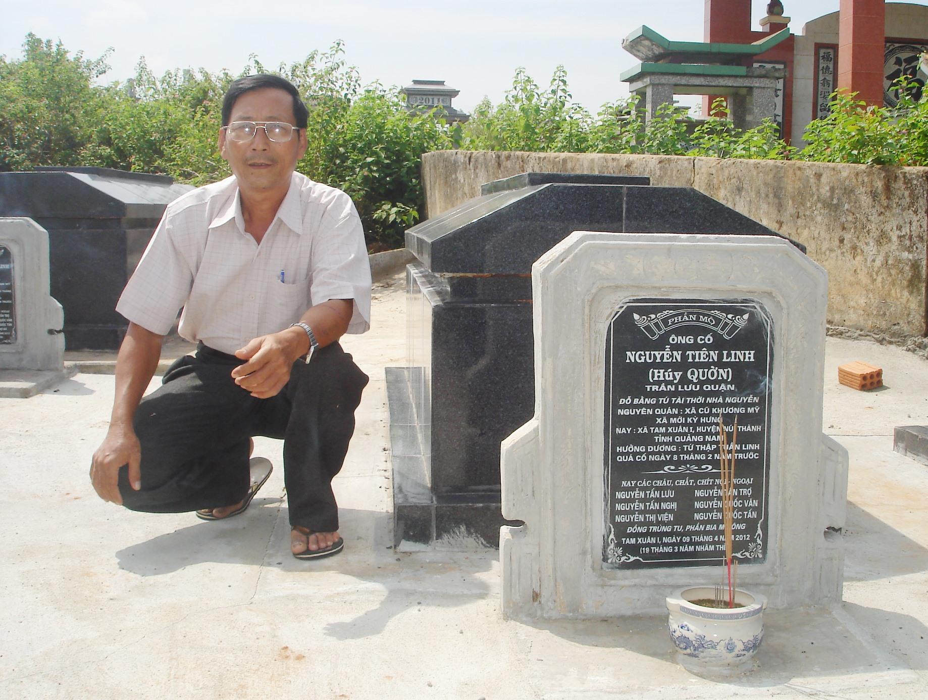 Thầy giáo Nguyễn Quốc Văn bên mộ ông Tú Quờn.