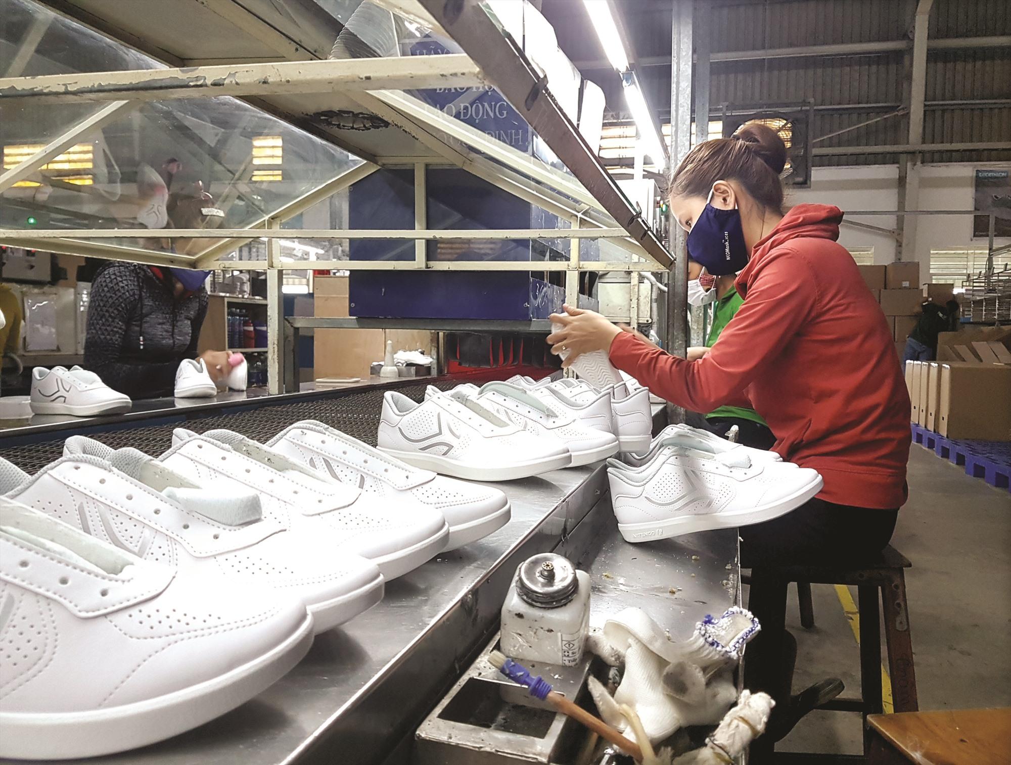Lao động ngành giày da, may mặc vẫn đang được doanh nghiệp nỗ lực tìm kiếm đơn hàng để tạo công ăn việc làm. Ảnh: D.L