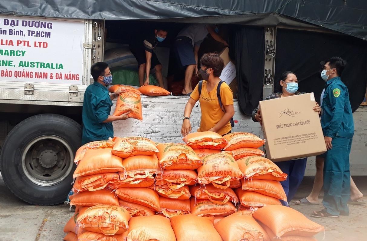 Nhận quà hỗ trợ Công ty TNHH Châu Đại Dương đến với người dân Quảng Nam bị ảnh hưởng bởi dịch Covid-19. Ảnh: C.N
