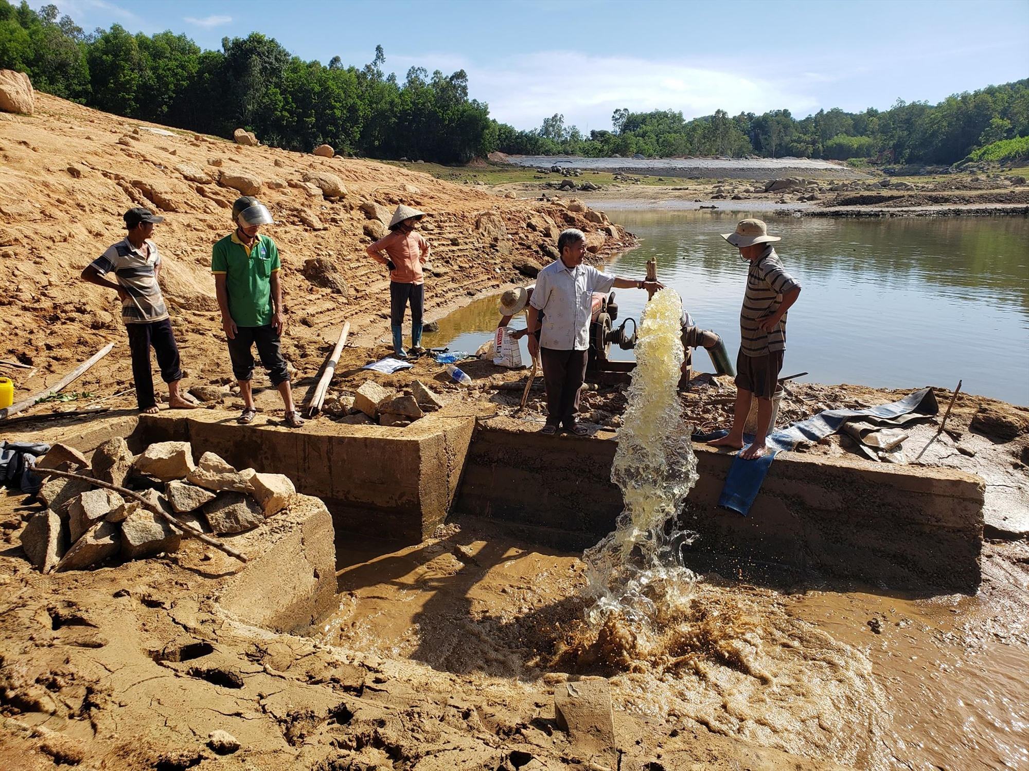 Mực nước hồ Hố Lâu, xã Tam Dân (huyện Phú Ninh) xuống khỏi cống xả. Ảnh: HOÀI AN